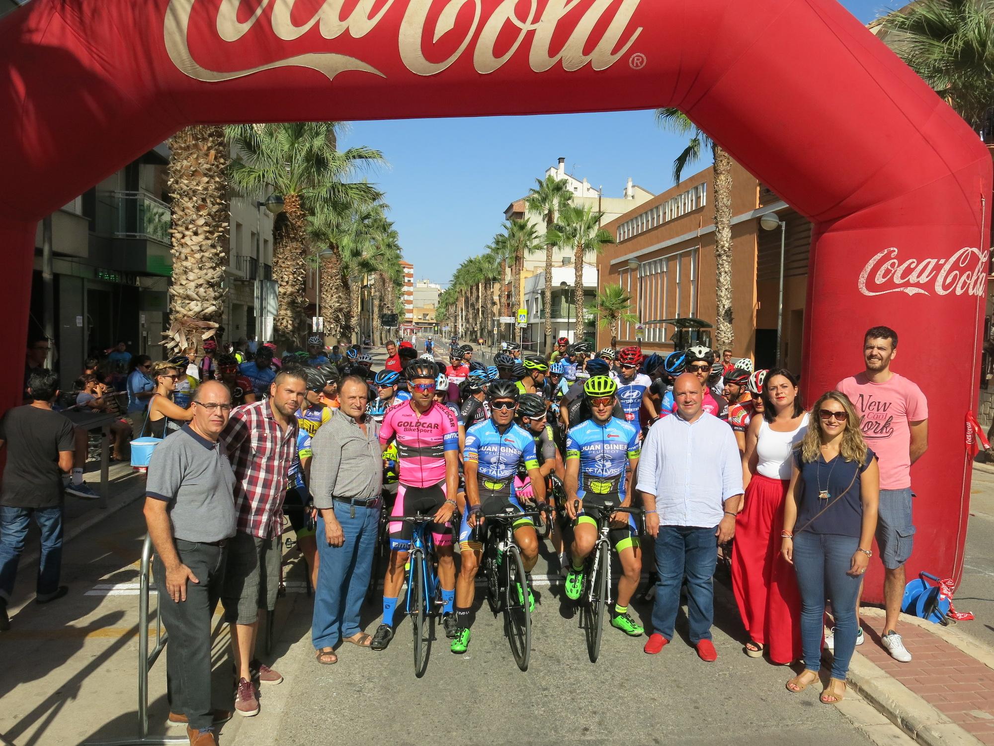 Las autoridades locales de Turís, encabezadas por el alcalde, momentos antes de la salida.