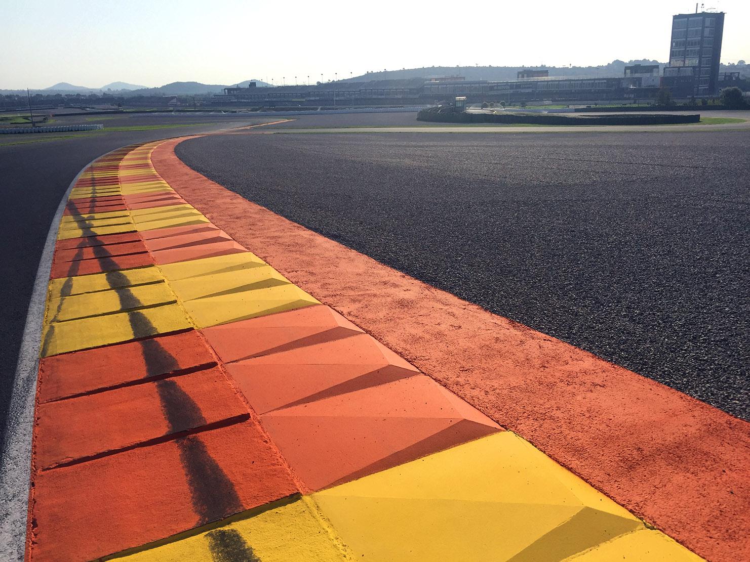 El Circuit decora les seues escapatòries i reasfalta la recta de meta.