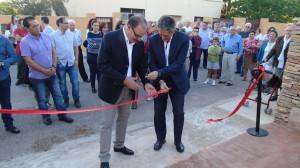 L'alcalde junt amb l'exfutbolista van ser els encarregats de tallar la cinta per inaugurar-lo.