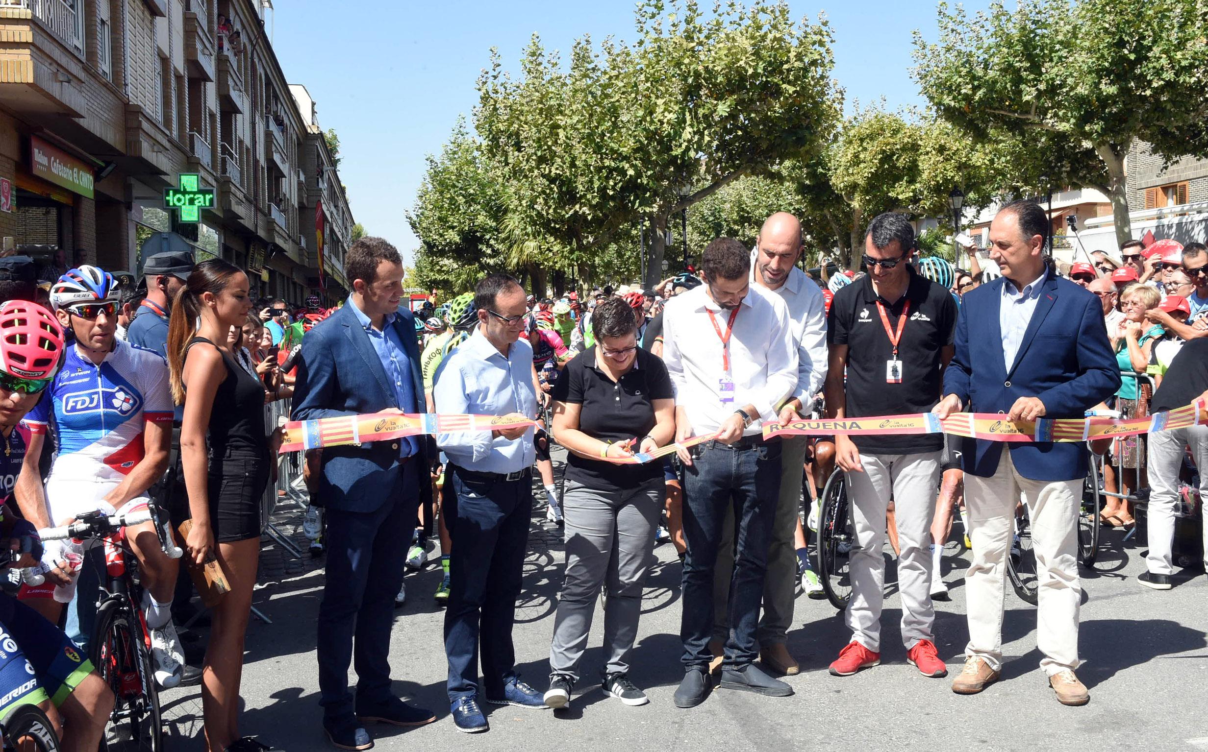 Momento de la salida de la Vuelta Ciclista a España desde Requena.