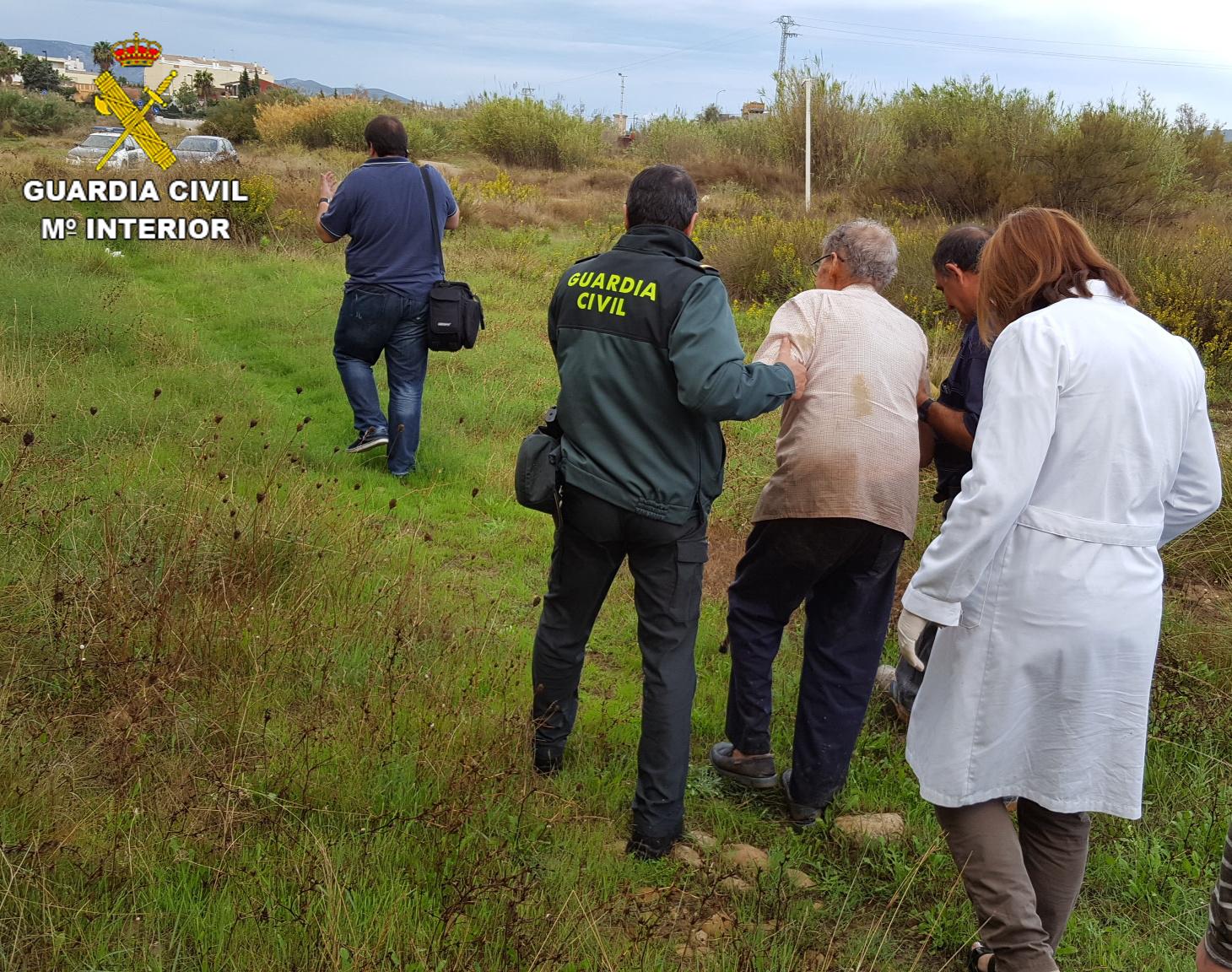 La Guardia Civil procedió a la localización y auxilio de un varón de 88 años que se desoriento tras salirse de la carretera y quedar parcialmente el vehículo en una acequia.