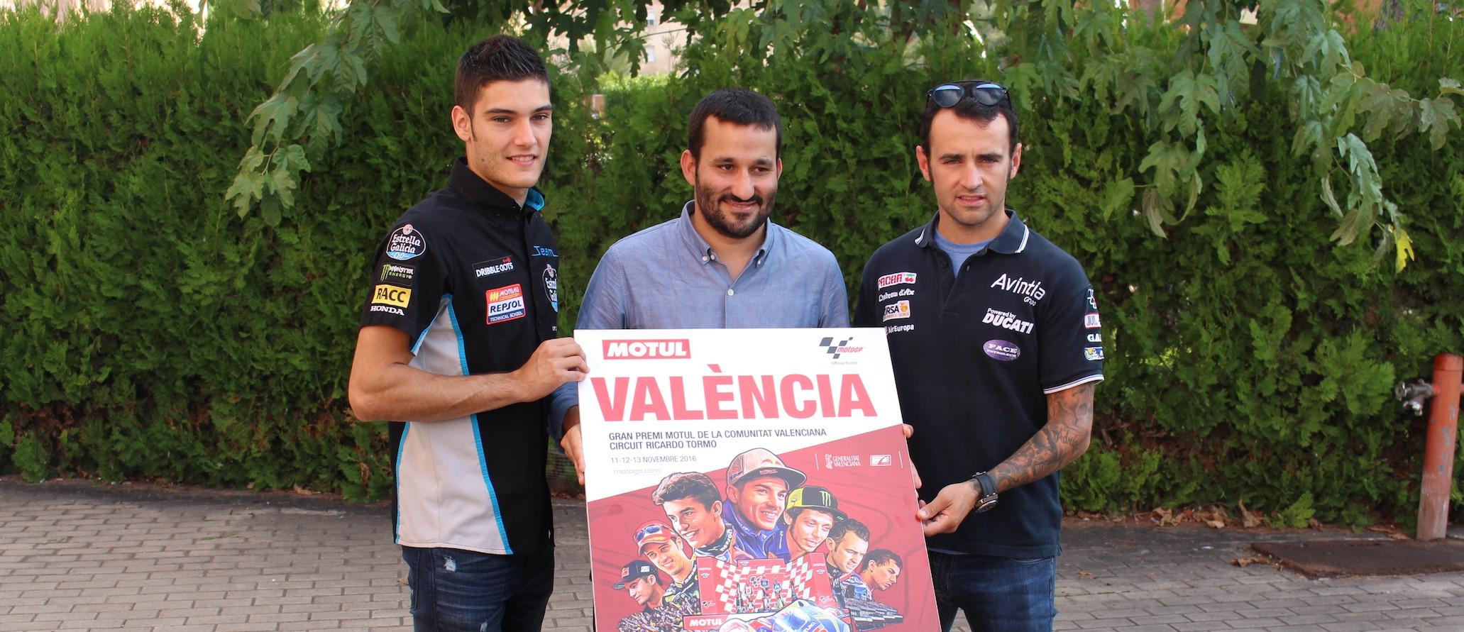 Los pilotos valencianos del Mundial, Héctor Barberá, Jorge Navarro y Arón Cane han posado junto al cartel con Marzà.