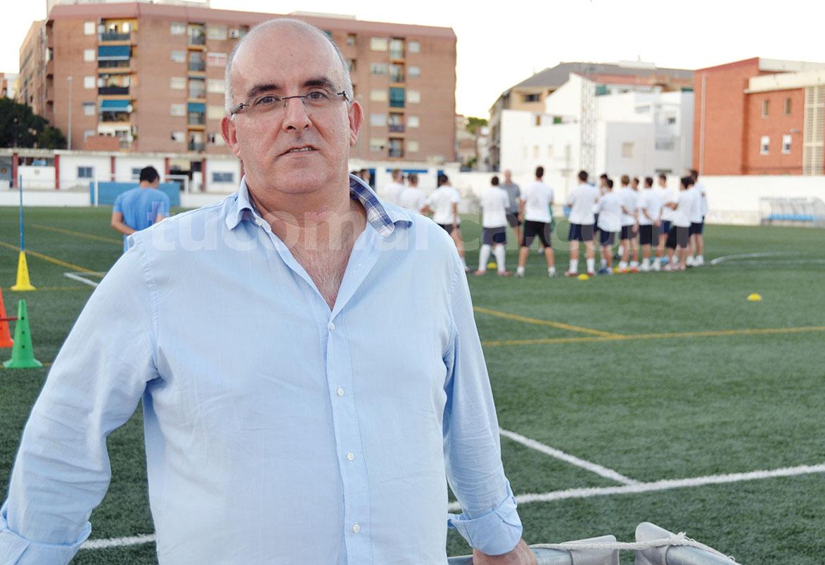 El presidente del Club Deportivo Buñol, Amadeo Sáez, ante los jugadores del primer equipo en el campo de fútbol.