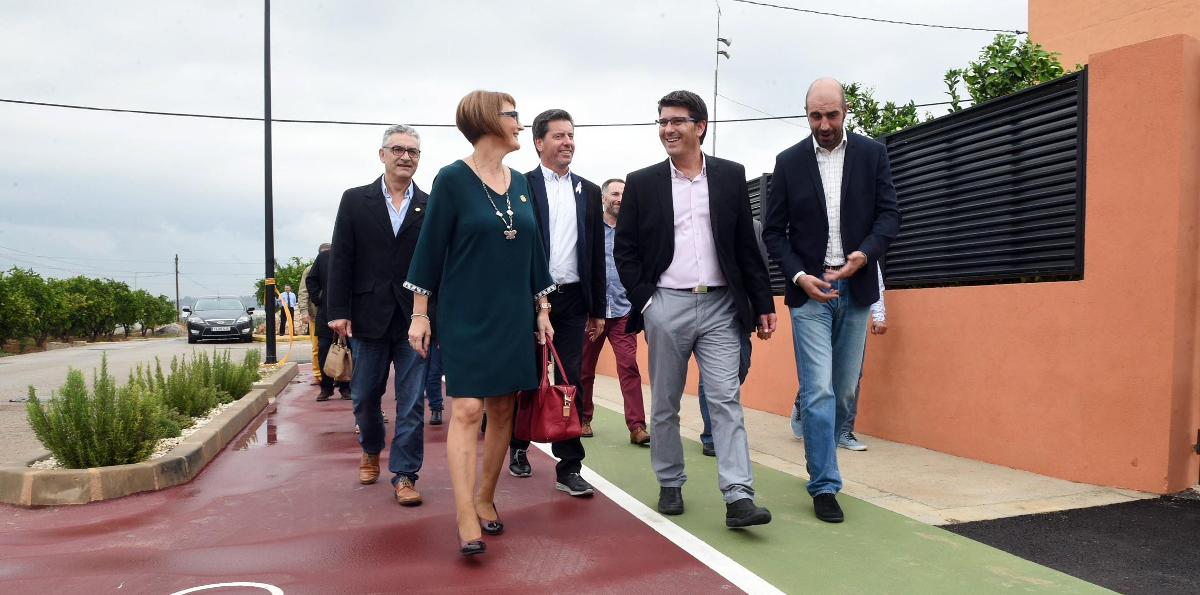 El presidente, Jorge Rodríguez, recorre la nueva vía para ciclistas y viandantes que une Rafelguaraf y la pedanía de Riu Rau.
