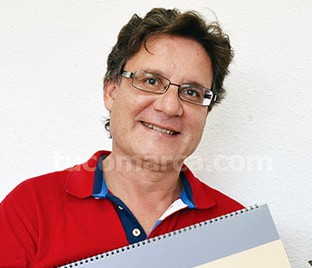 El director del CIM«Santa Cecilia» sostiene la partitura de la obra obligada.