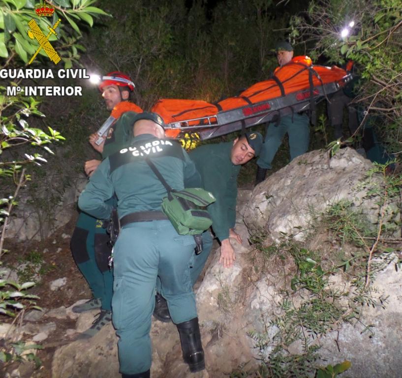 Los agentes de la Guardica civil durante el rescate de un escalador en Chulilla.