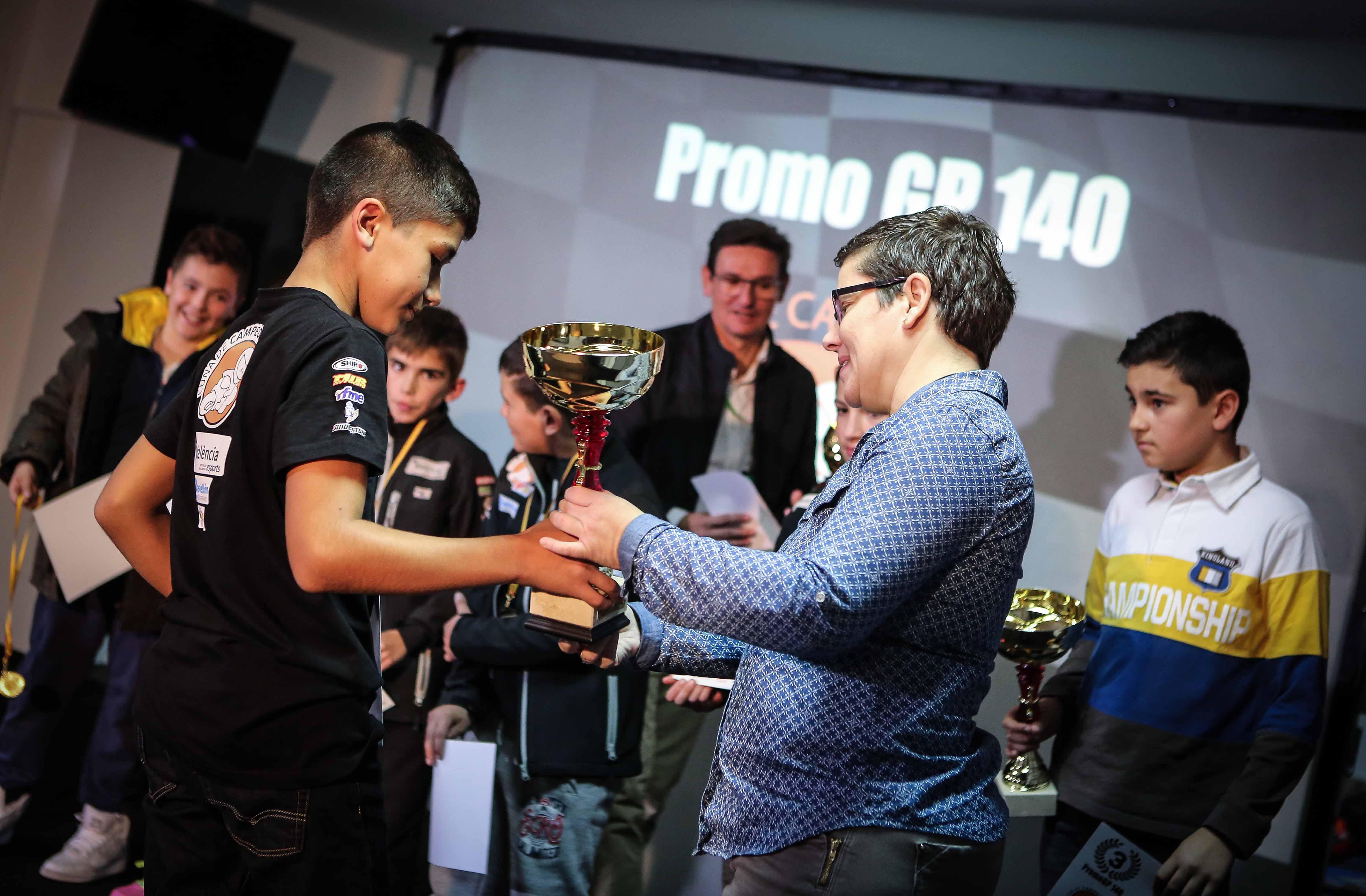 La diputada de Deportes destaca la importancia de apoyar el talento joven con becas como las de València Esports, en la gala de despedida de la temporada de la Cuna de Campeones en el Circuit.