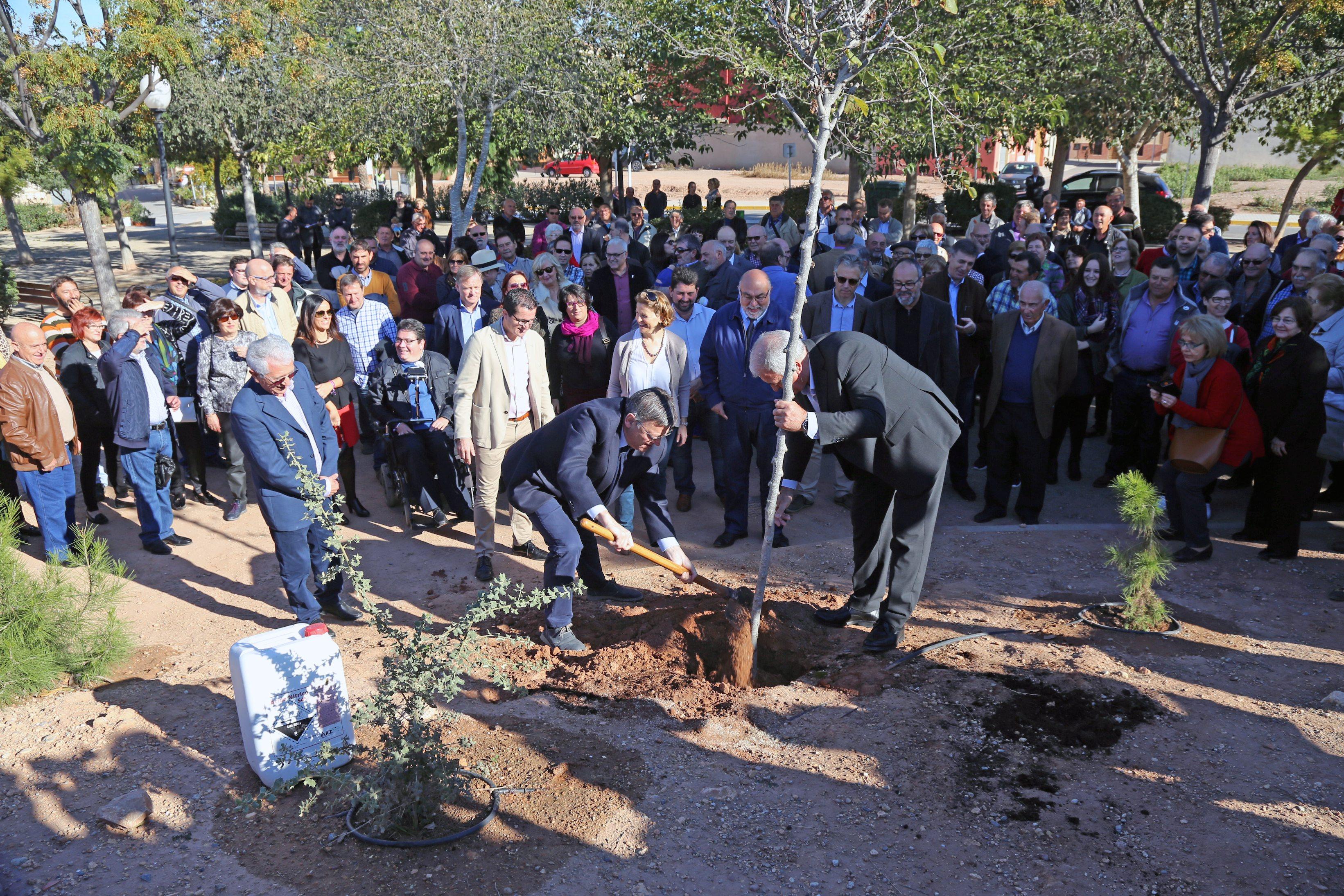 El President de la Generalitat junto al de La Unió durante un momento del acto.