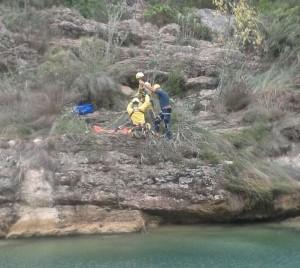 La Guardia Civil y los Bomberos del Consorcio Provincial de Valencia junto con la participación del helicóptero de Emergencias de la Generalitat Valenciana han podido rescatar a esta persona de 30 años de edad.