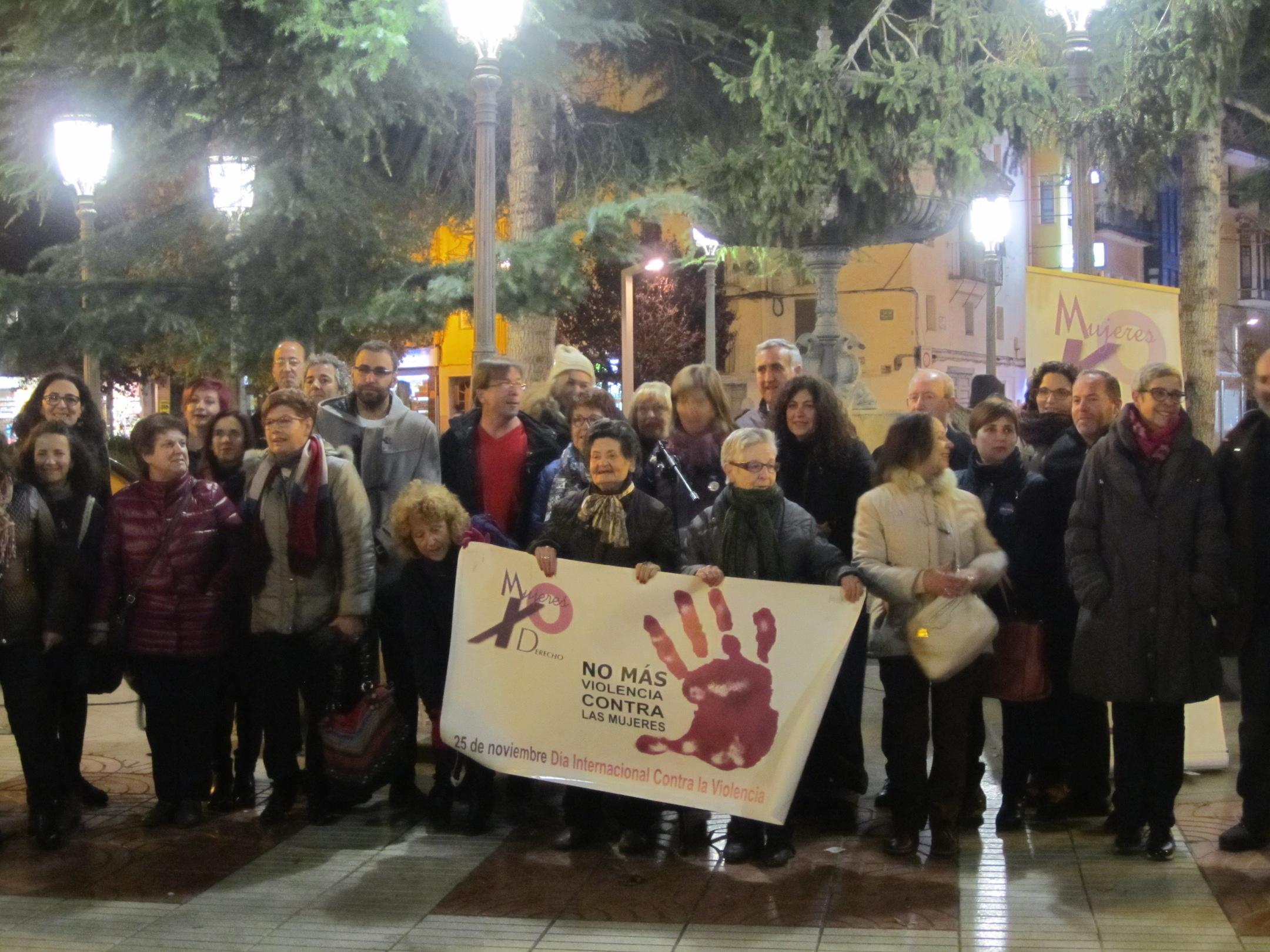 Entre los presentes en la concentración contra la violencia de género en Requena ha estado el alcalde, Mario Sánchez. Foto: Paloma Chen.