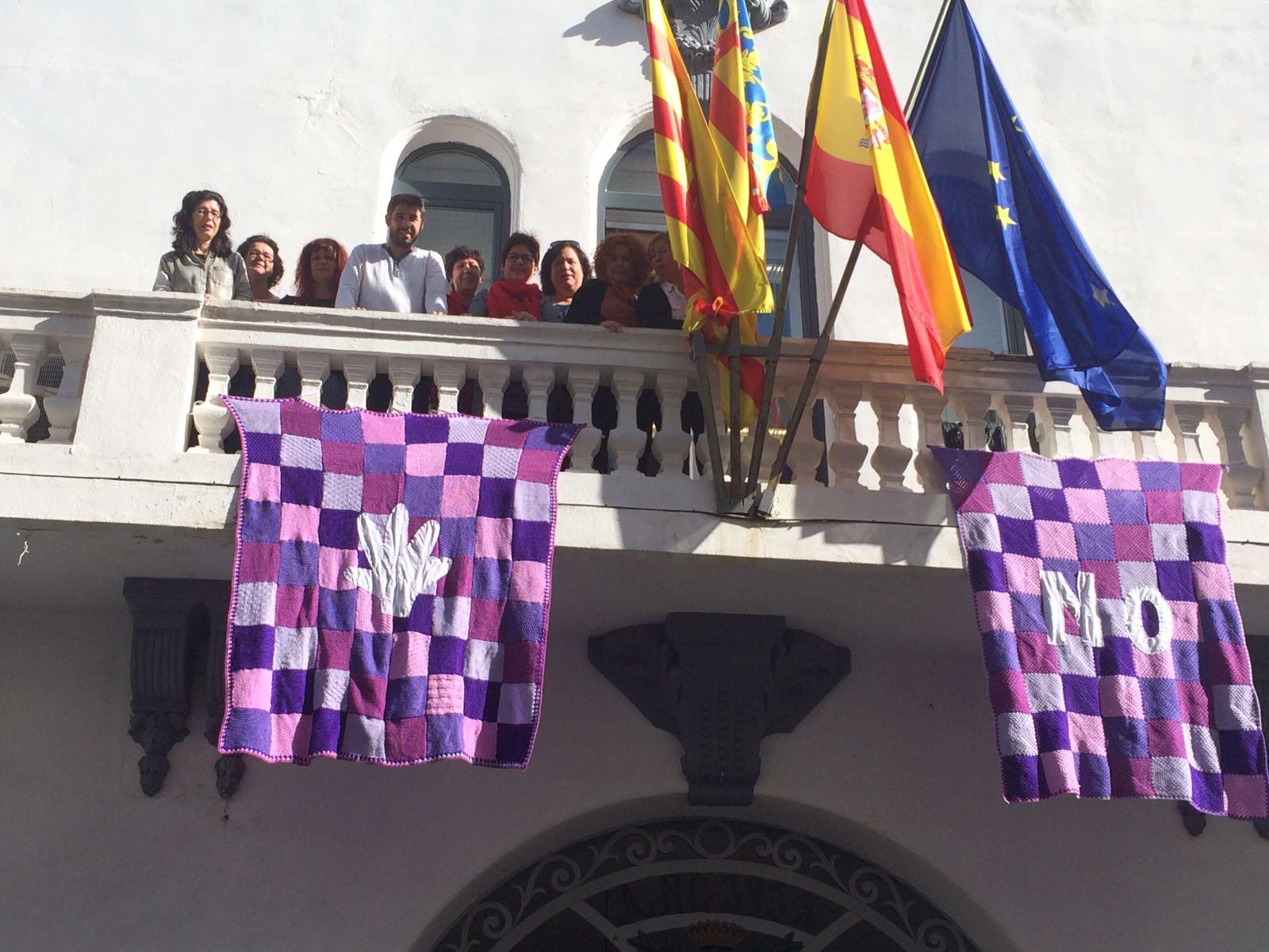 El Ayuntamiento de Buñol ha dedicado todo el mes de noviembre a realizar actos contra la violencia de género, como colgar mantas de ganchillo en la casa consistorial.