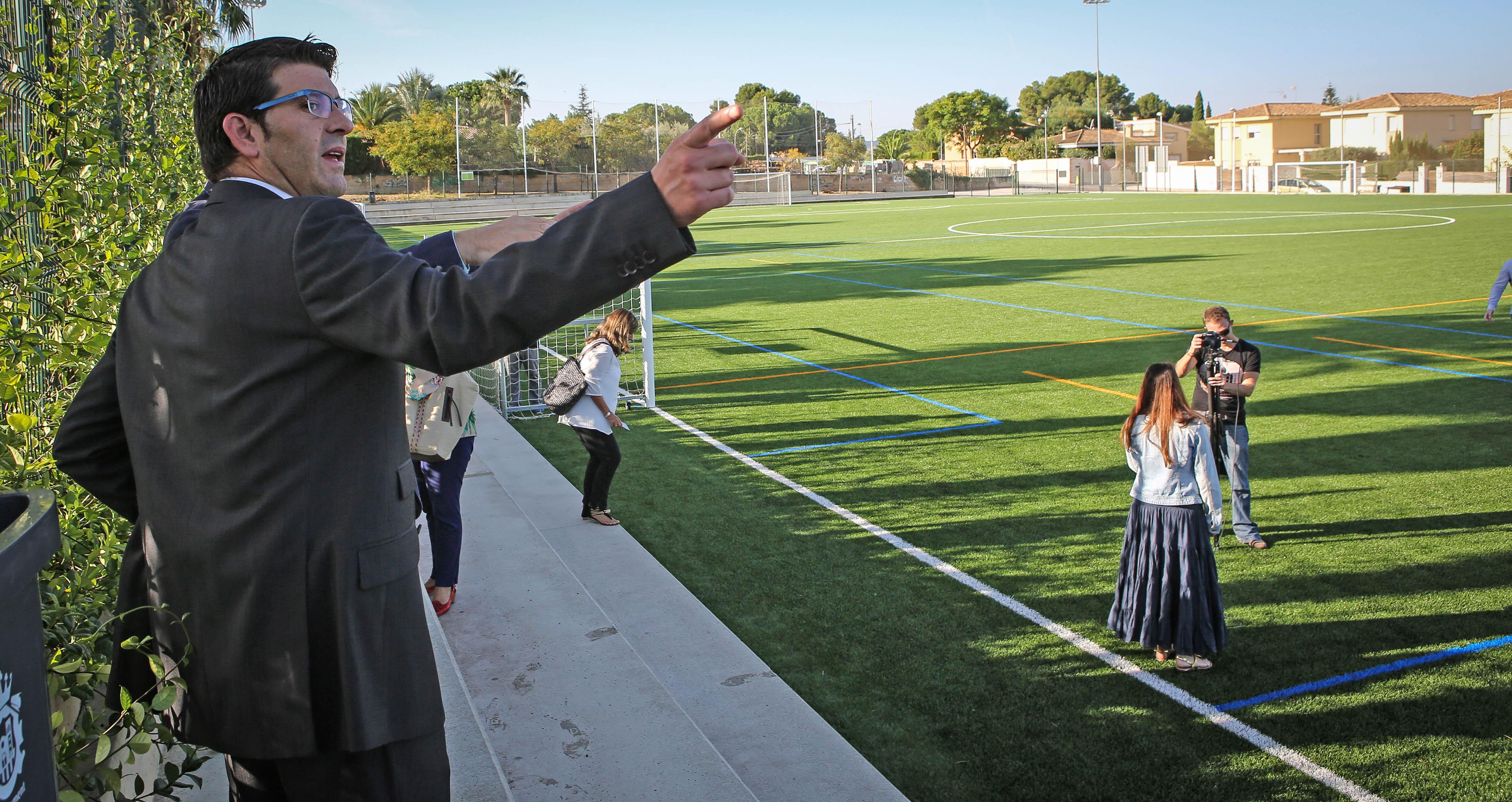 El presidente de la Diputación, Jorge Rodríguez, ante uno de los campos deportivos.