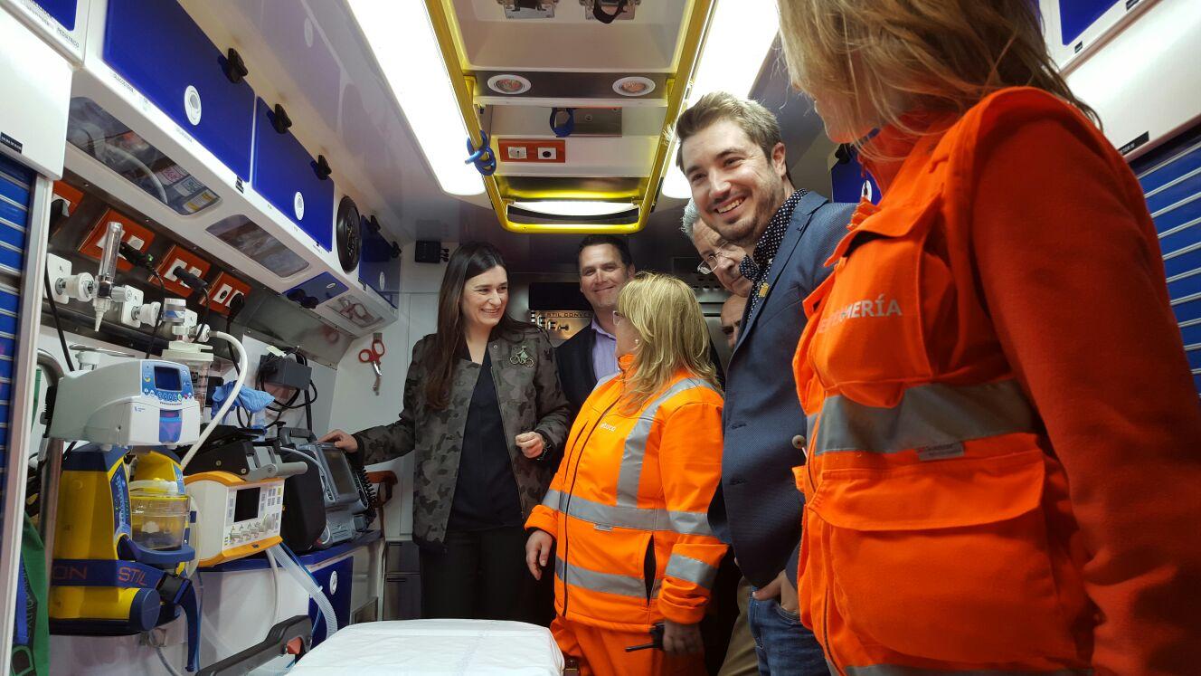 La consellera Carmen Montón junto al alcalde de Buñol, Rafa Pérez en el interior de la ambulancia.