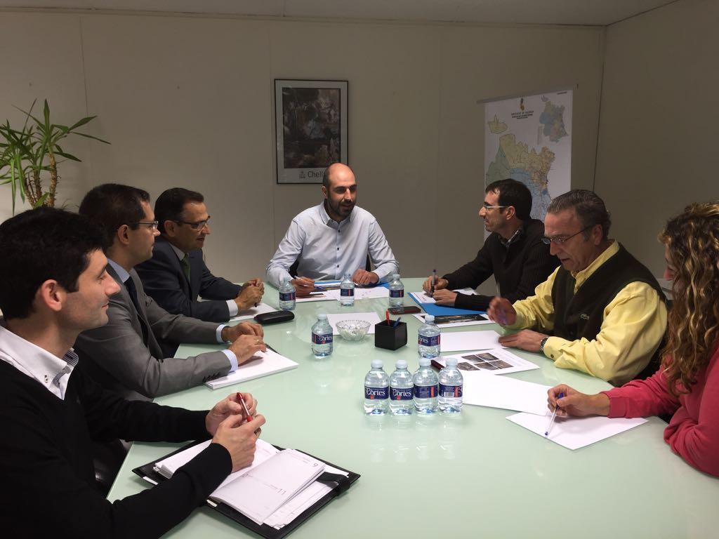 El diputado de Carreteras, Pablo Seguí, junto a las autoridades municipales y a los técnicos durante la reunión.