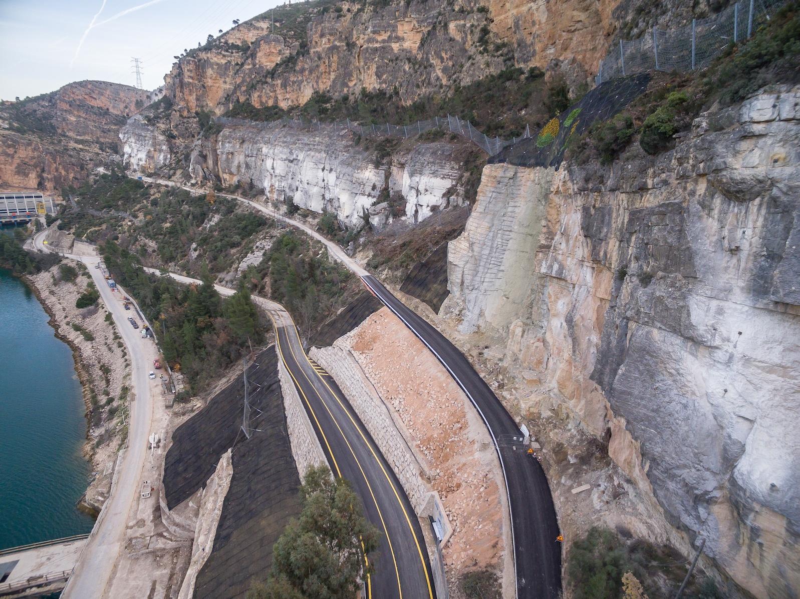 Una imagen de la carretera de acceso a Cortes de Pallás tras su remodelación.