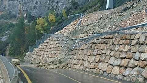 Una imagen del lunes de las piedras que se han precipitado sobre la carretera y que ya ha sido despejadas.