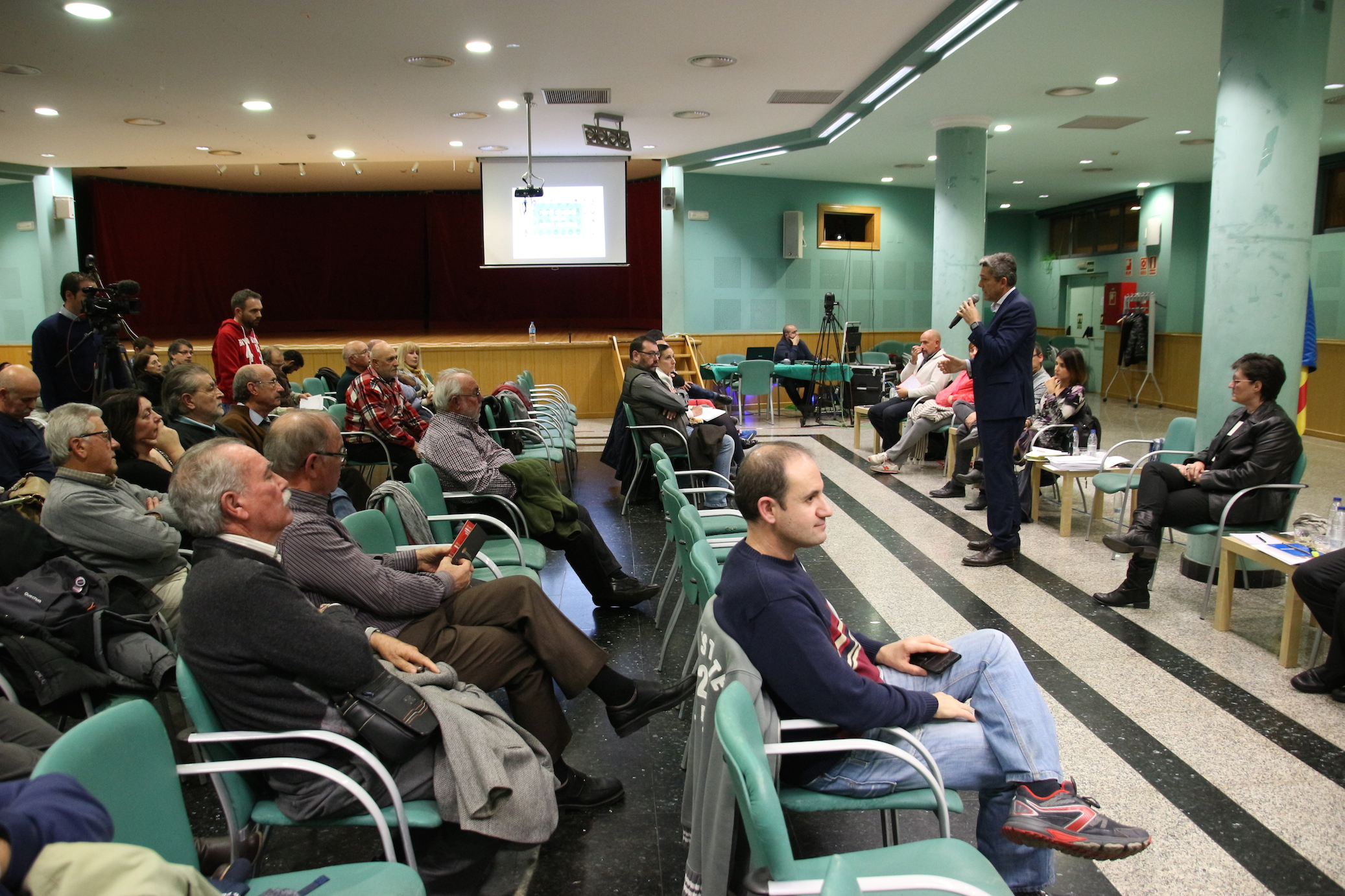 Un centenar de vecinos han participado en la Reunión Ciudadana con el Gobierno Municipal.