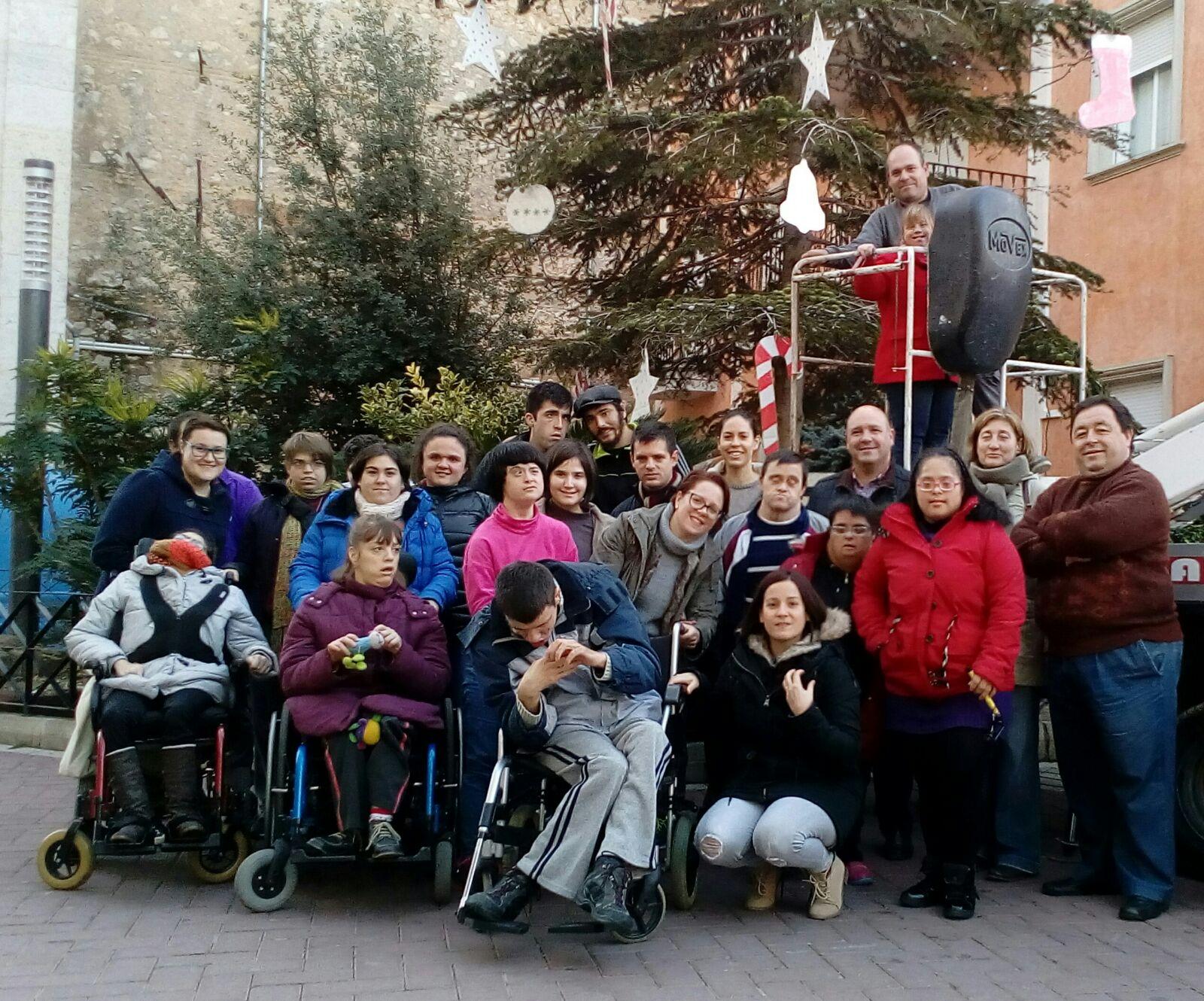 La asociación Per ells se ha encargado de los adornos del árbol de Navidad municipal