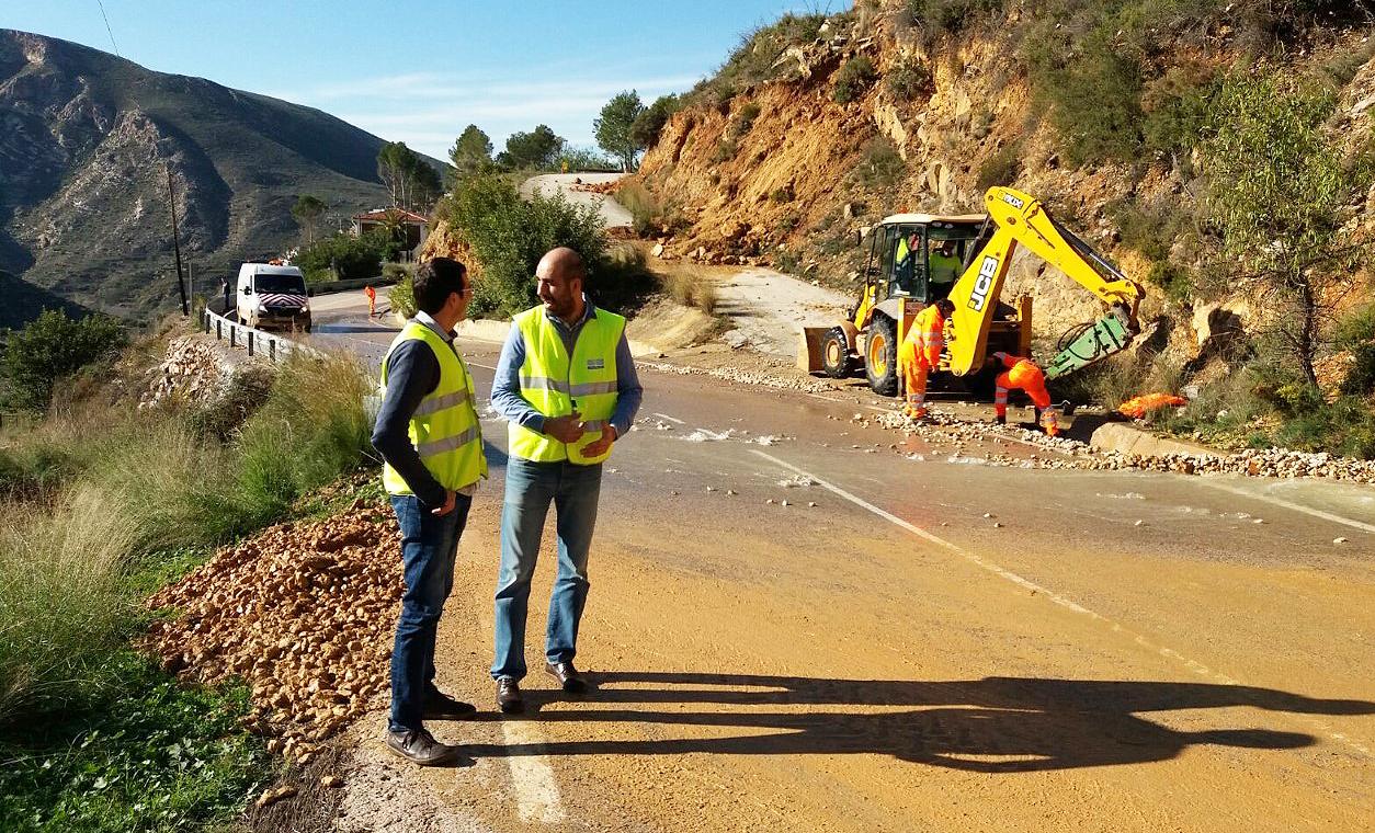 El diputado provincial de Carreteras, Pablo Seguí, durante una reciente visita a los trabajos en las vías del interior.