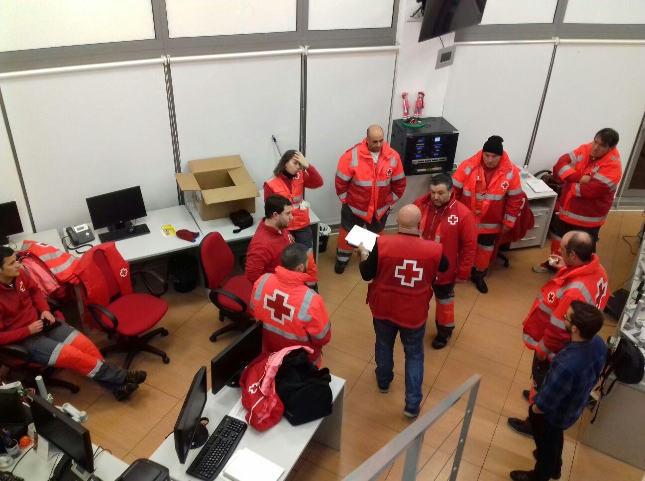 Voluntarios de la Cruz Roja durante una reunión preparatoria del voluntariado para ayudar a los conductores atrapados en la A-3 por el temporal.
