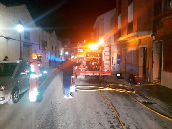 Las unidades de los parques de bomberos de Chiva y Paterna durante su participación en las tareas de extinción en el domicilio de Cheste.