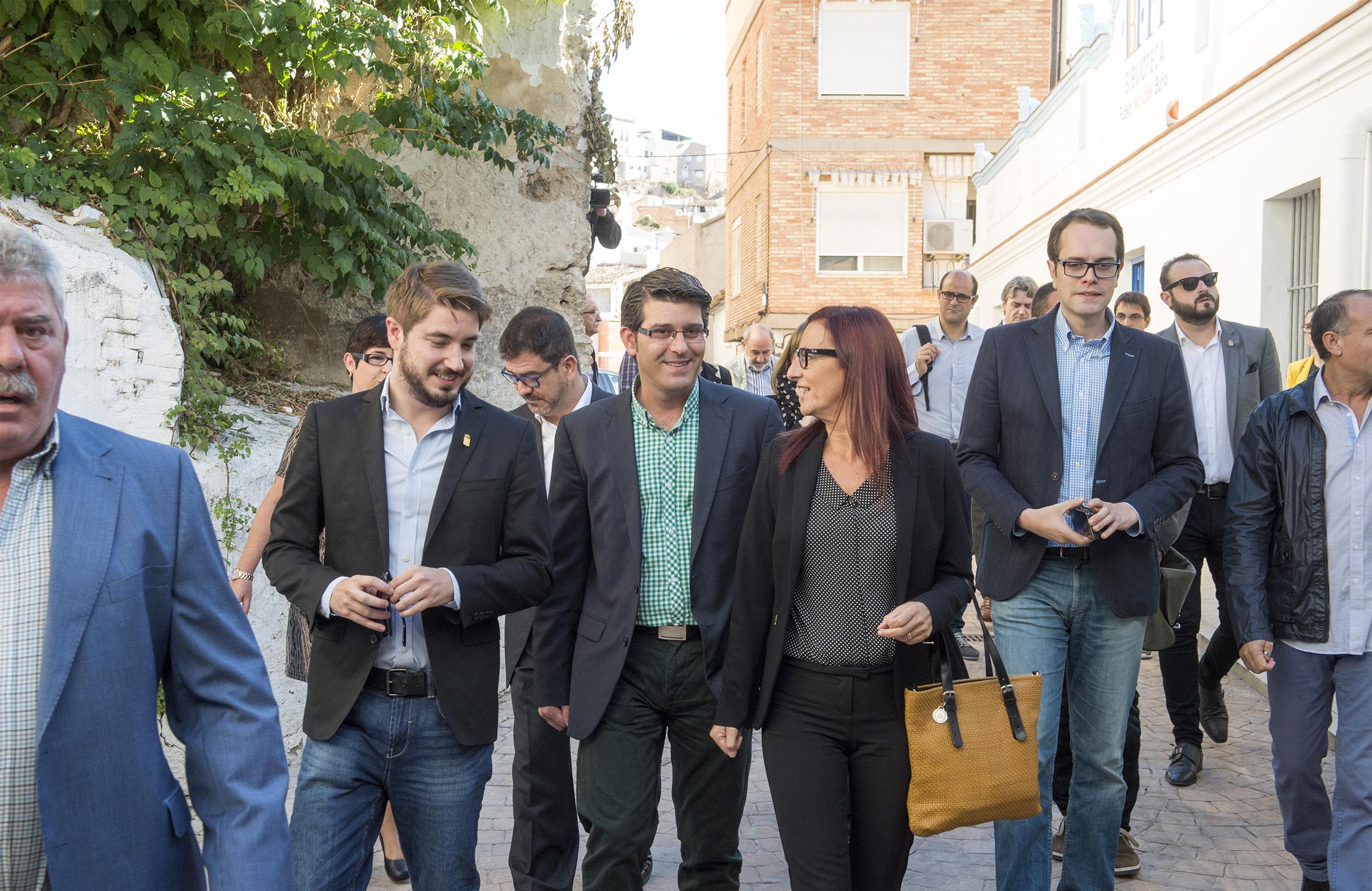 El presidente y la vicepresidenta de la Diputación durante su primera visita a La Hoya de Buñol.