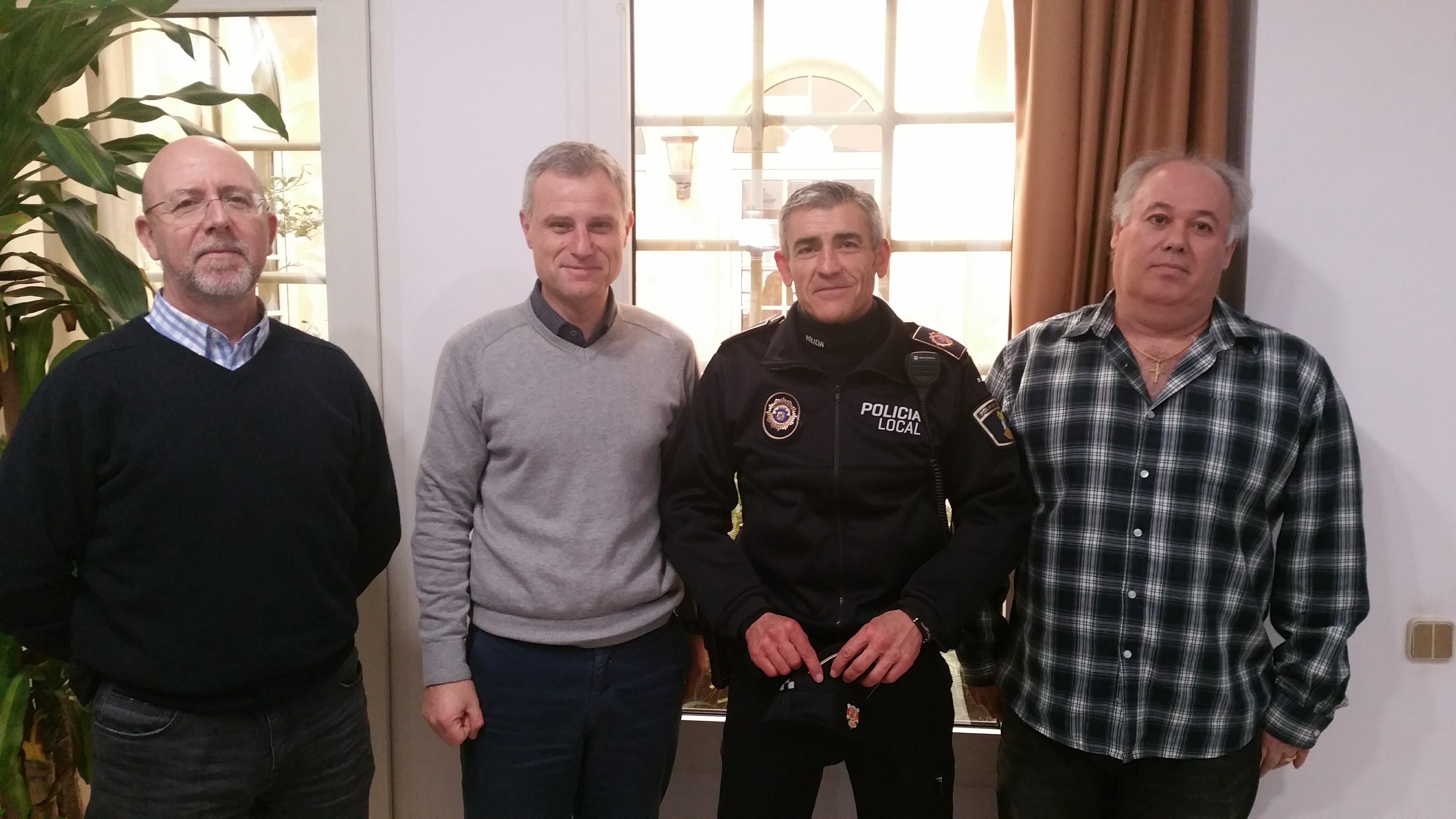 L'agent va córrer després del lladre durant una llarga persecució fins que va aconseguir recuperar els objectes robats.
