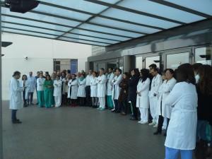 Participantes en el acto informativo que ha realizado el sindicato CSI·F ante el hospital de Alzira.