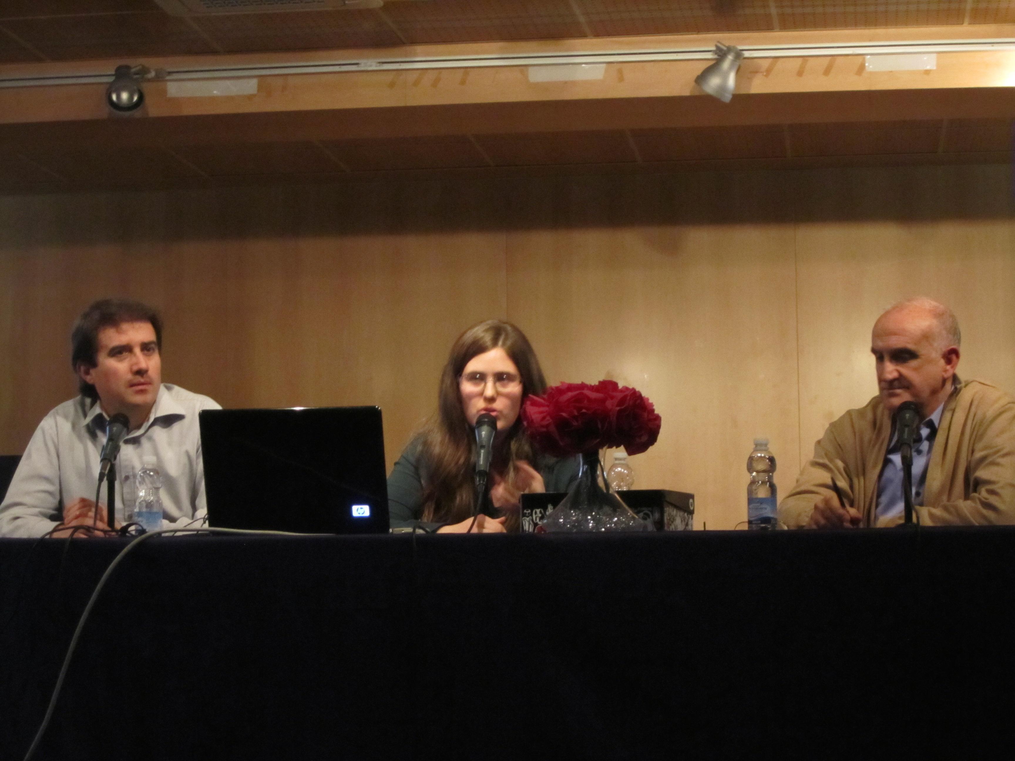El presentador del acto junto a la autora, Laura Alcantarilla, y el profesor de IES Alameda Miguel García.