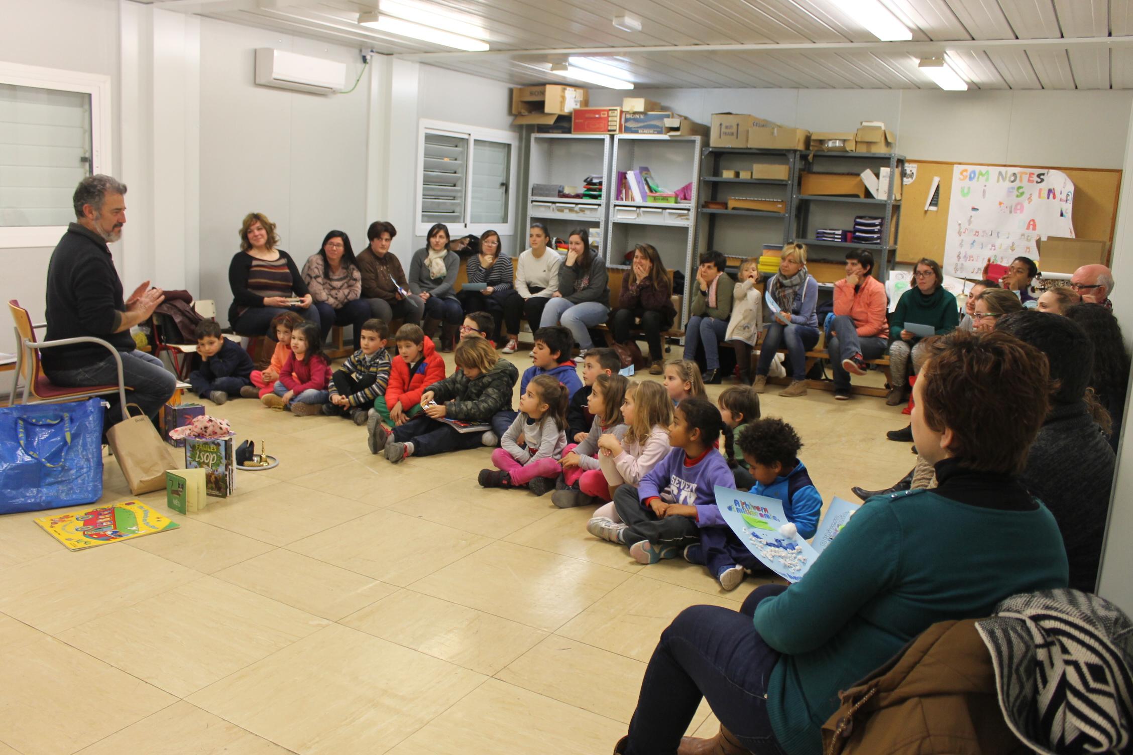La actividad la ha impartido Llorenç Giménez, un excelente comunicador con una trayectoria de más de veinte años dedicada a lanarración de cuentos e historias.