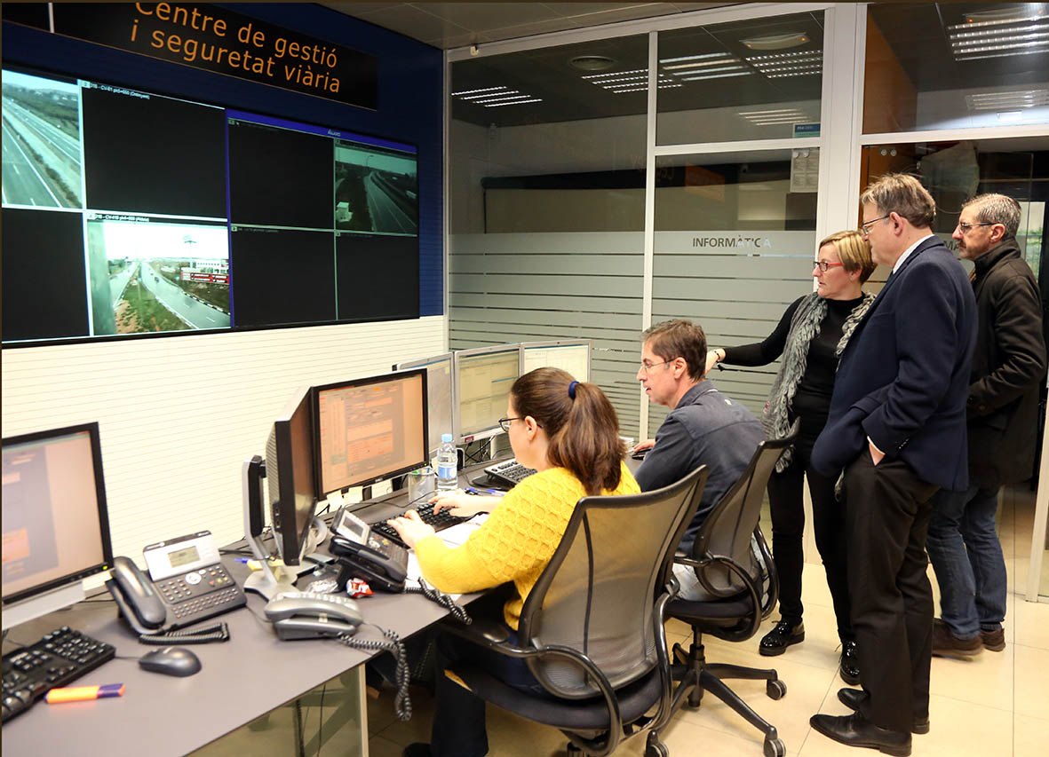 Ximo Puig ha visitado el Centro de Gestión y Seguridad Viaria para conocer las complicaciones del tráfico ocasionadas por el mal tiempo.