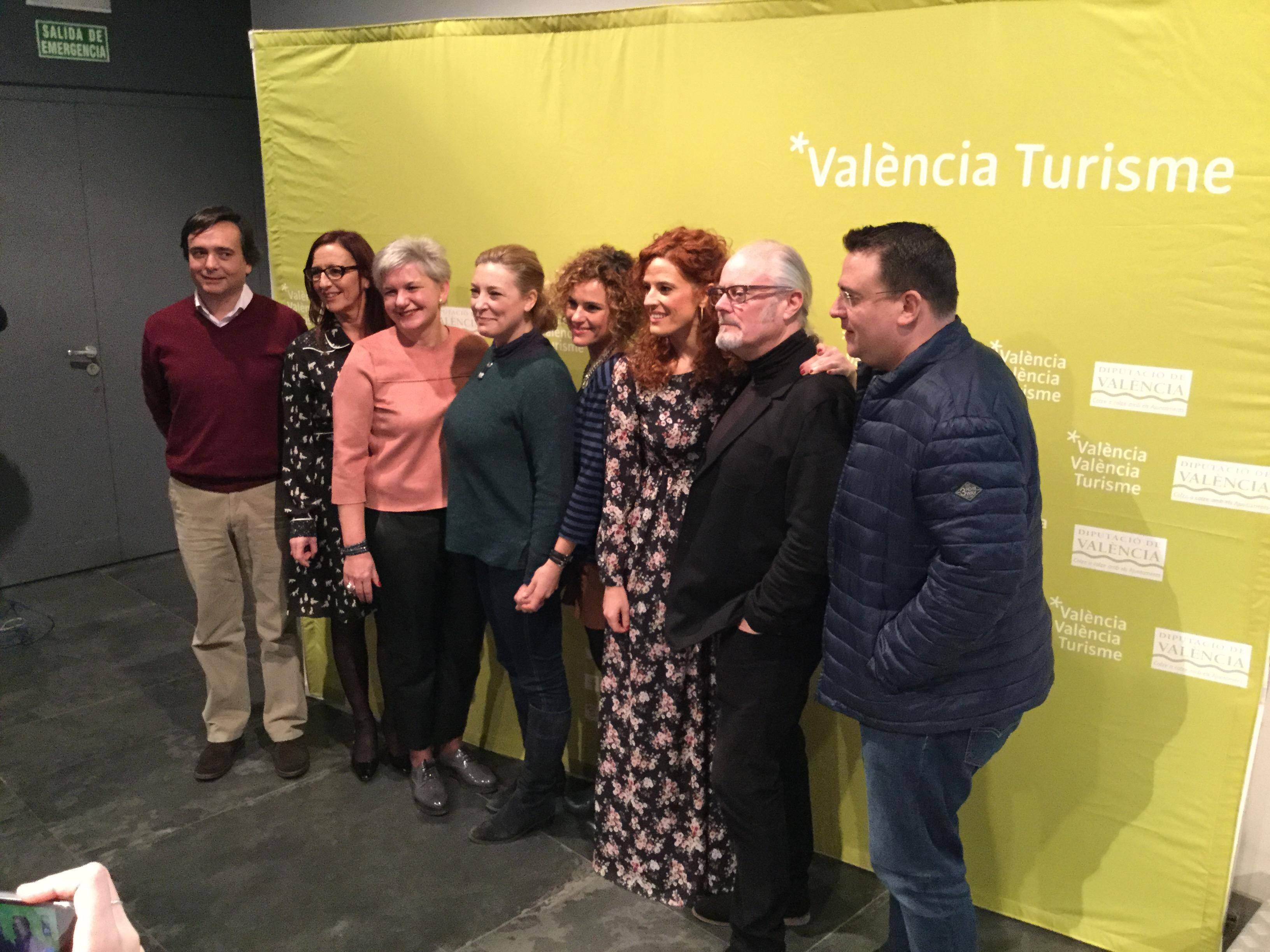 La diputada provincial Pilar Moncho con la vicepresidenta Maria Josep Amigó, los actores y los diputados asistentes a la presentación.
