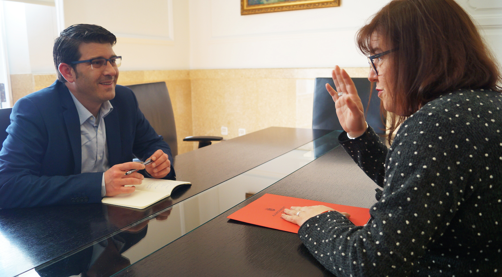Reunió en la seu de la institució provincial entre l'alcaldessa de Beneixida, Eva Roig, i el president de la Diputació, Jorge Rodríguez.
