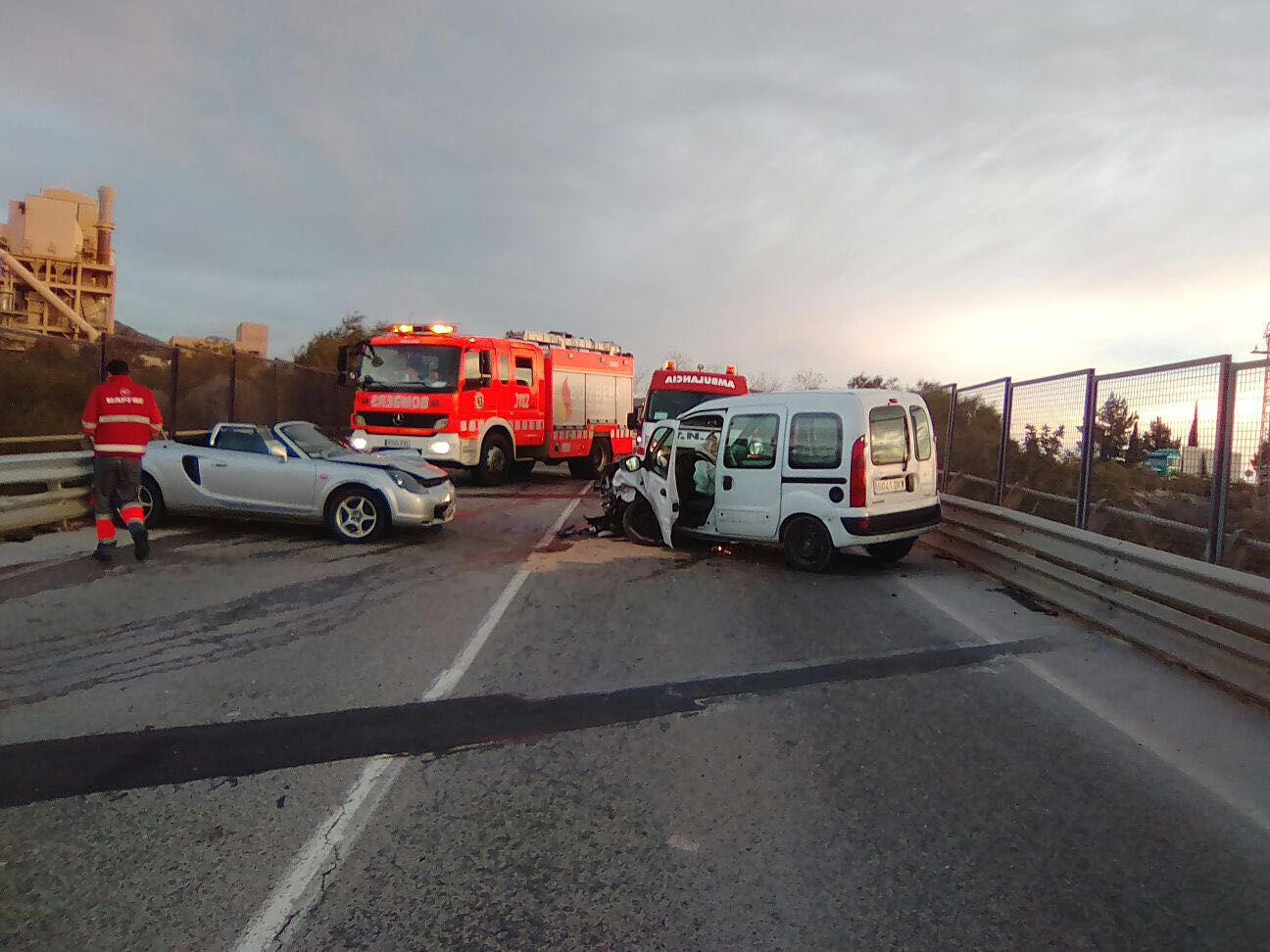 El vehículo y la furgoneta que se han visto implicadas en un accidente este viernes por la mañana en Buñol.