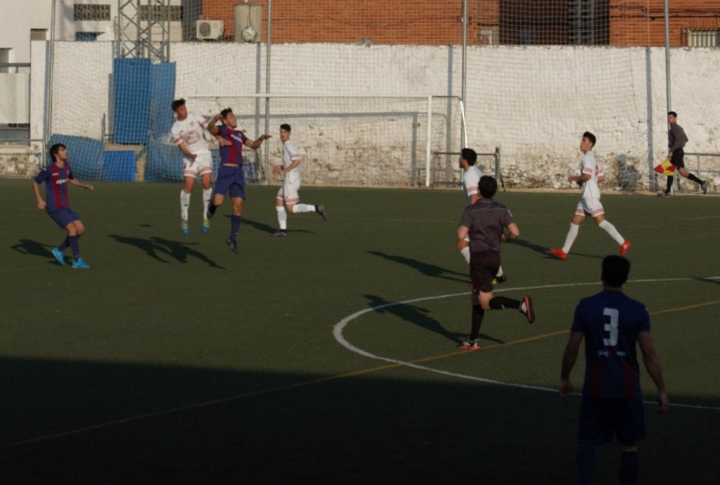 El enfrentamiento entre el CD Buñol y la UD Alzira acabó en tablas. Foto: David Fergui.