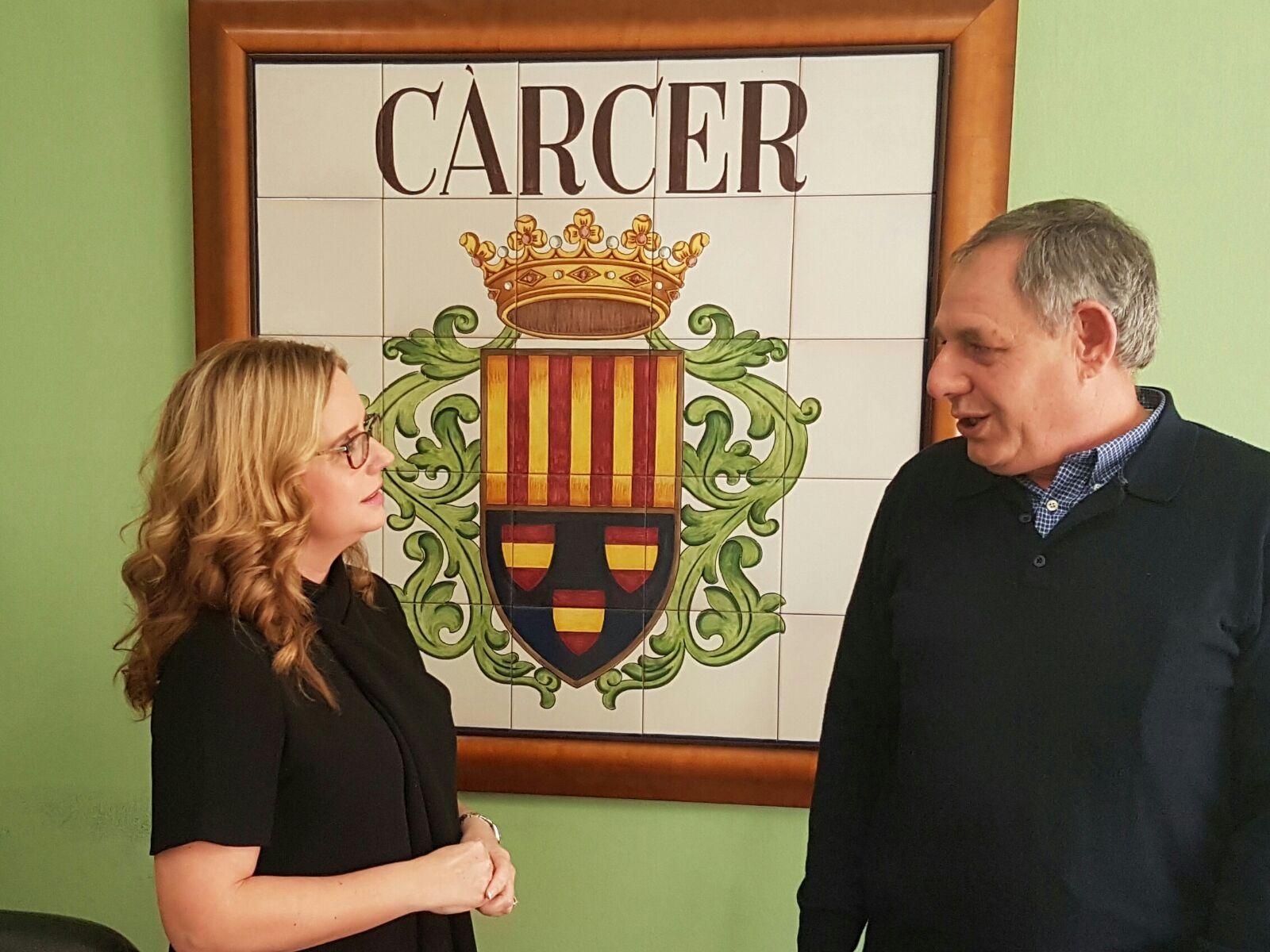 Helena Beunza ha visitado la población para reunirse con el alcalde de Cárcer, José Botella.