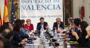 El presidente Jorge Rodríguez, la diputada Conxa Garcia y representantes de los colegios profesionales.