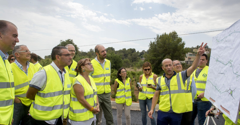l diputado de Carreteras, Pablo Seguí, junto a la diputada Conxa Garcia, en una visita a las obras en la carretera de Picassent.