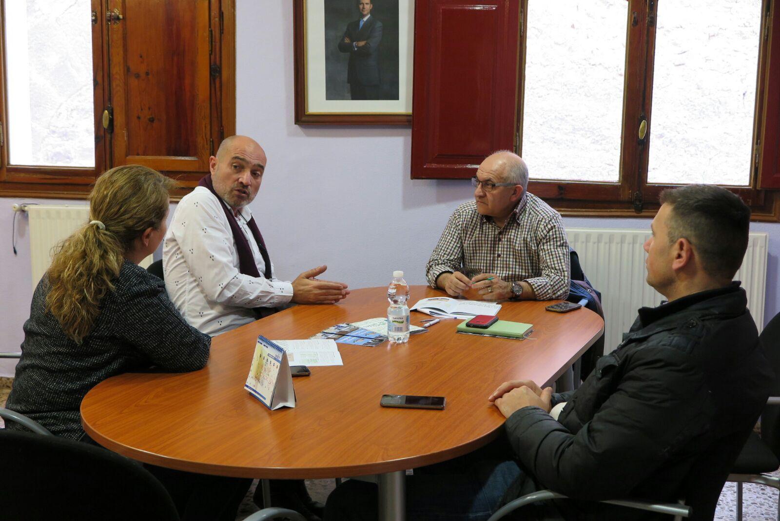 El diputado de Cultura, Xavier Rius, durante la reunión con el alcalde y técnicos de Tuéjar.