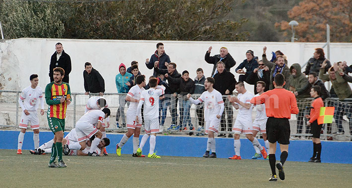 Momento de la celebración del segundo gol del CD Buñol, obra de Godo, con los que los blancos han empatado contra el CD Castellón.