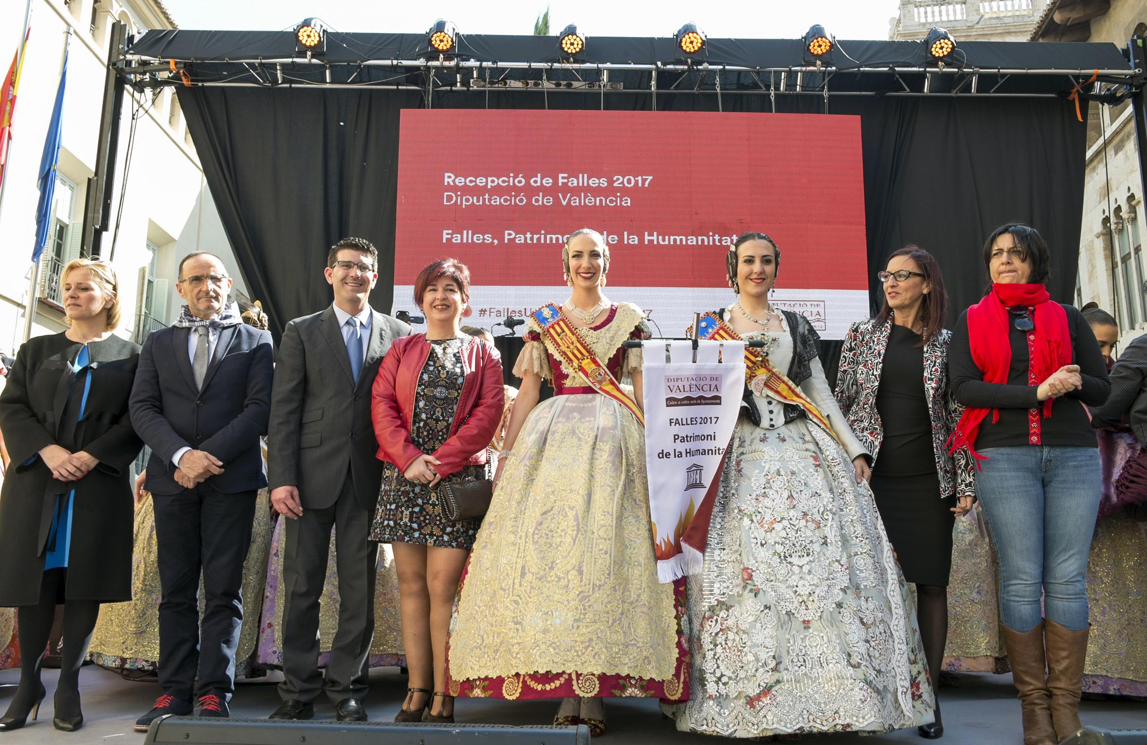 La Fallera Mayor de la Junta Local de Buñol, junto al presidente y a la edil de Fiestas de la localidad de La Hoya.