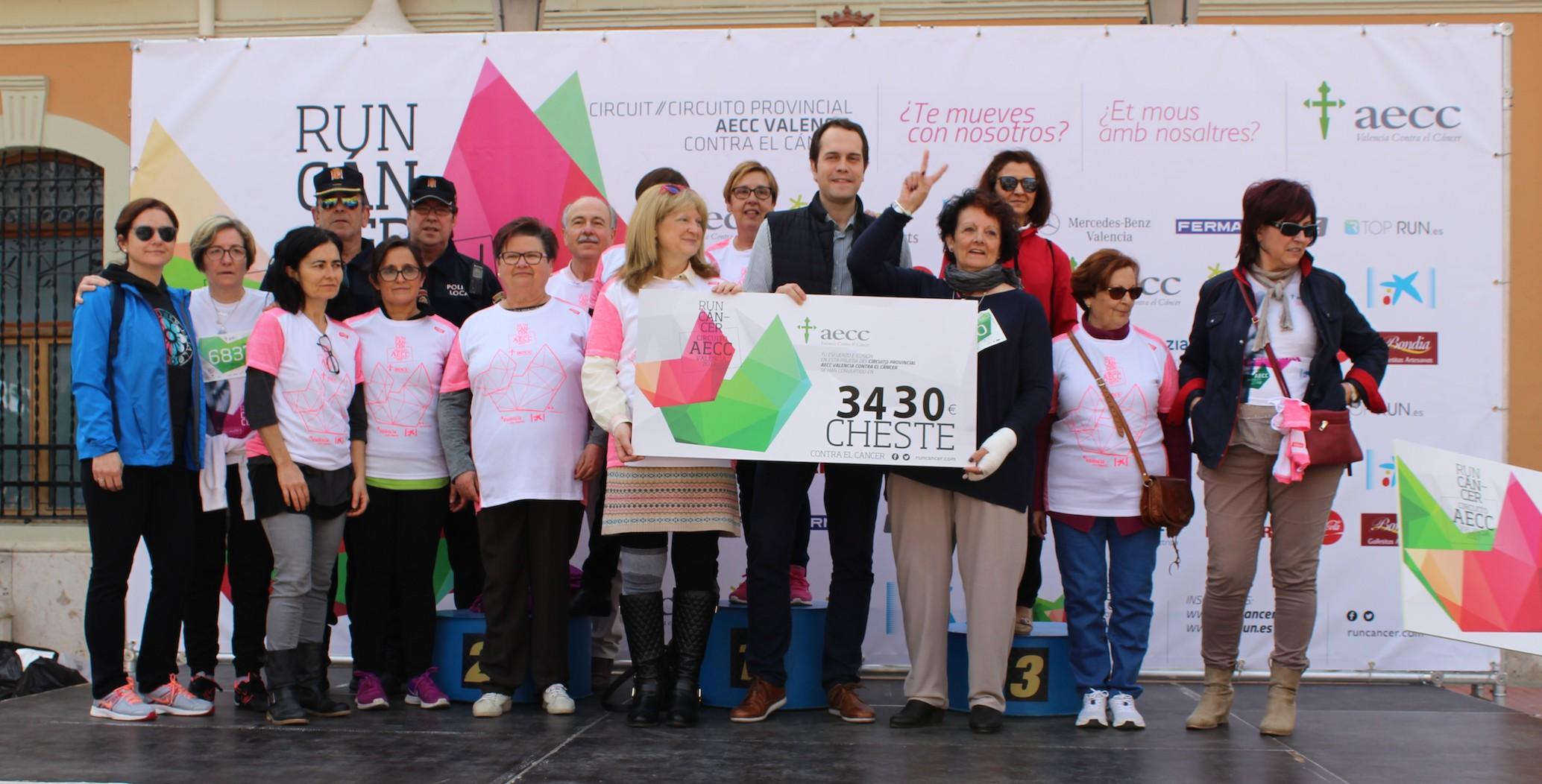 Las autoridades locales, encabezadas por el alcalde, junto a la organización y participantes en Cheste.