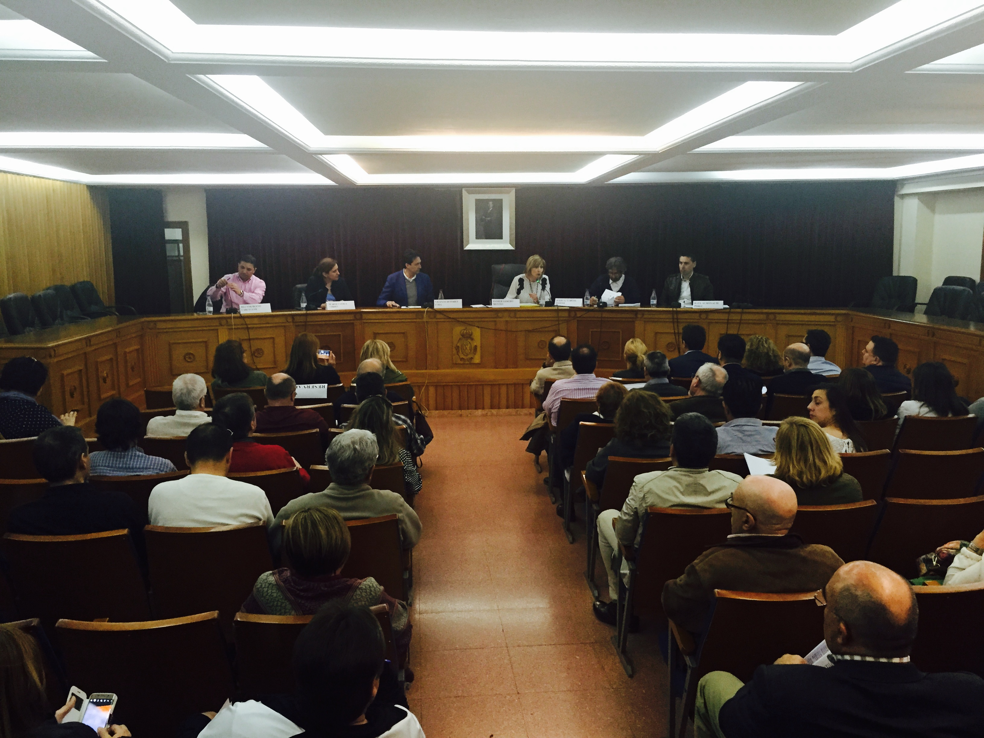 La casa consistorial de Chiva ha acogido la primera de las acciones organizadas por el PPVAL para criticar el decreto del Consell.