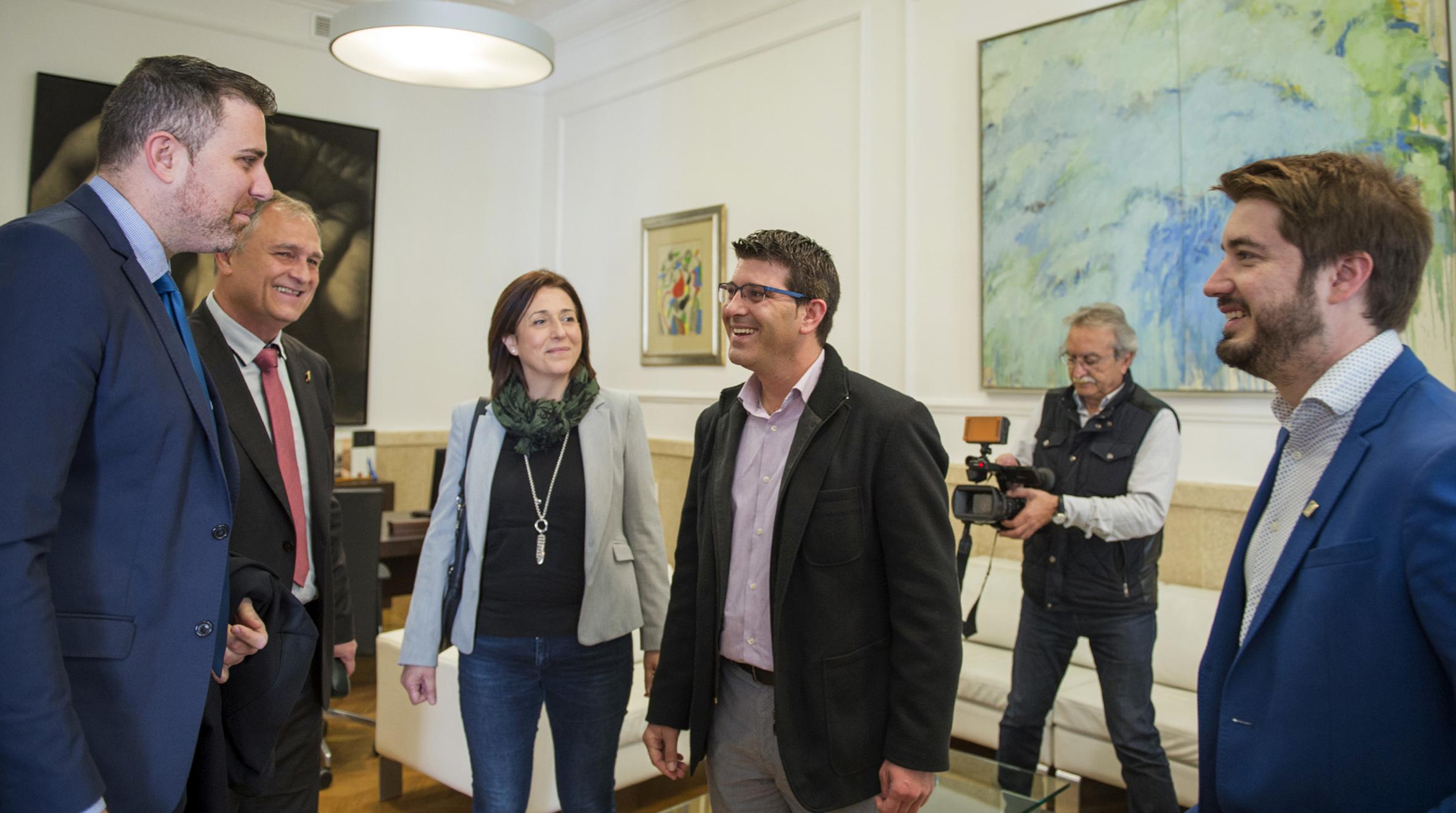 El presidente de la Diputación recibe a Manuel Civera, Rafael Pérez y Jordi Mayor, que le trasladan la intención de las seis bandas de estos municipios de hacer una gira de grandes conciertos en conjunto.
