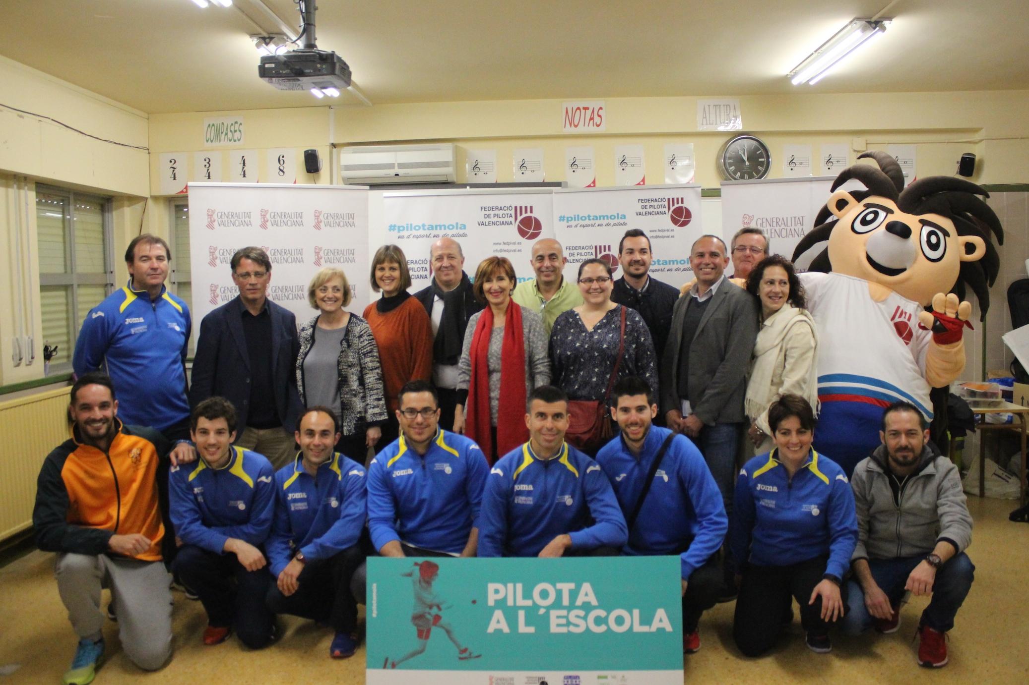 Participants en la inauguració oficial del programa Pilota a l'Escola.