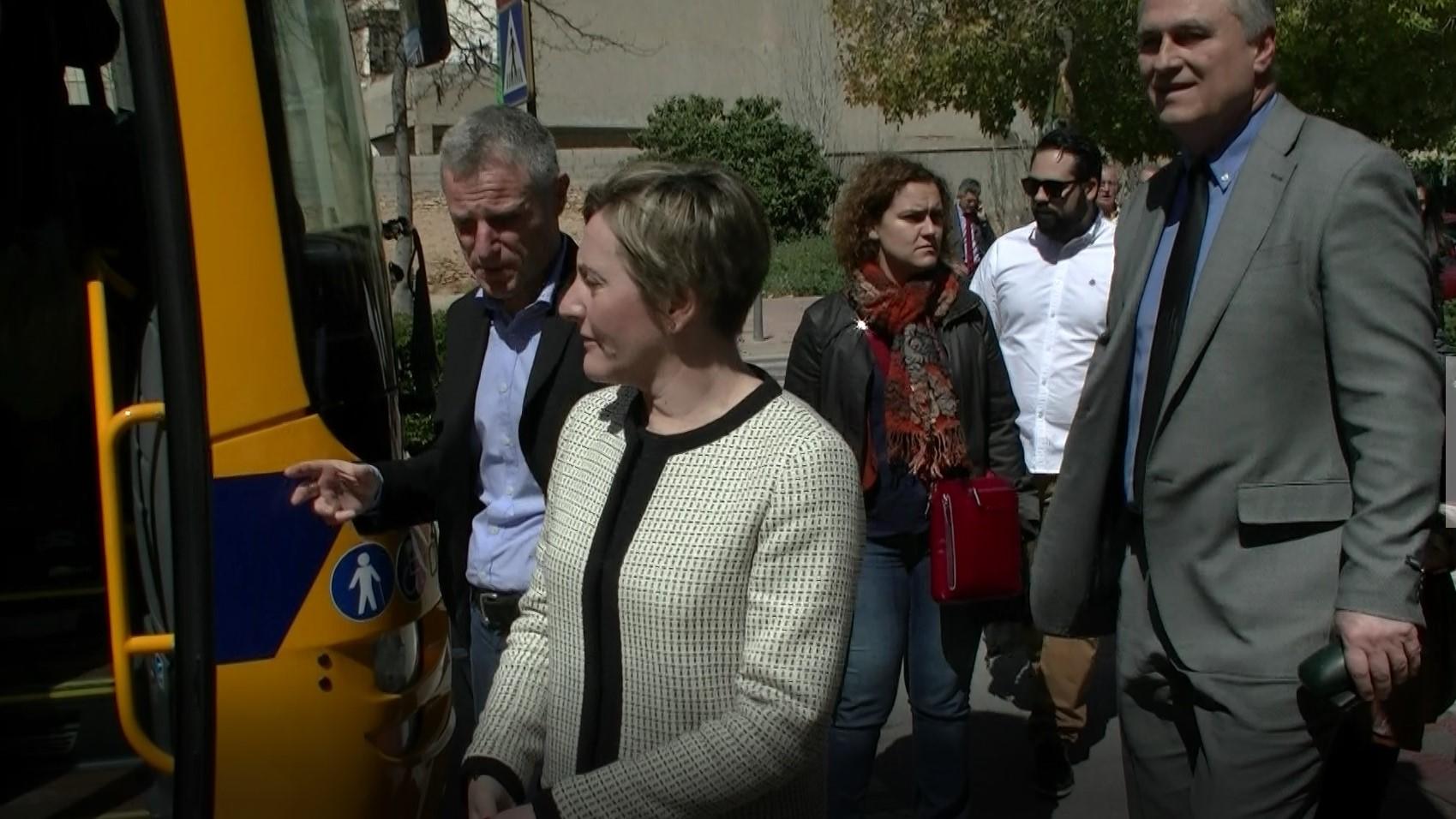 La consellera de Vertebració Territorial visita l'Eliana per presentar la nova flota d'autobusos València-Llíria.