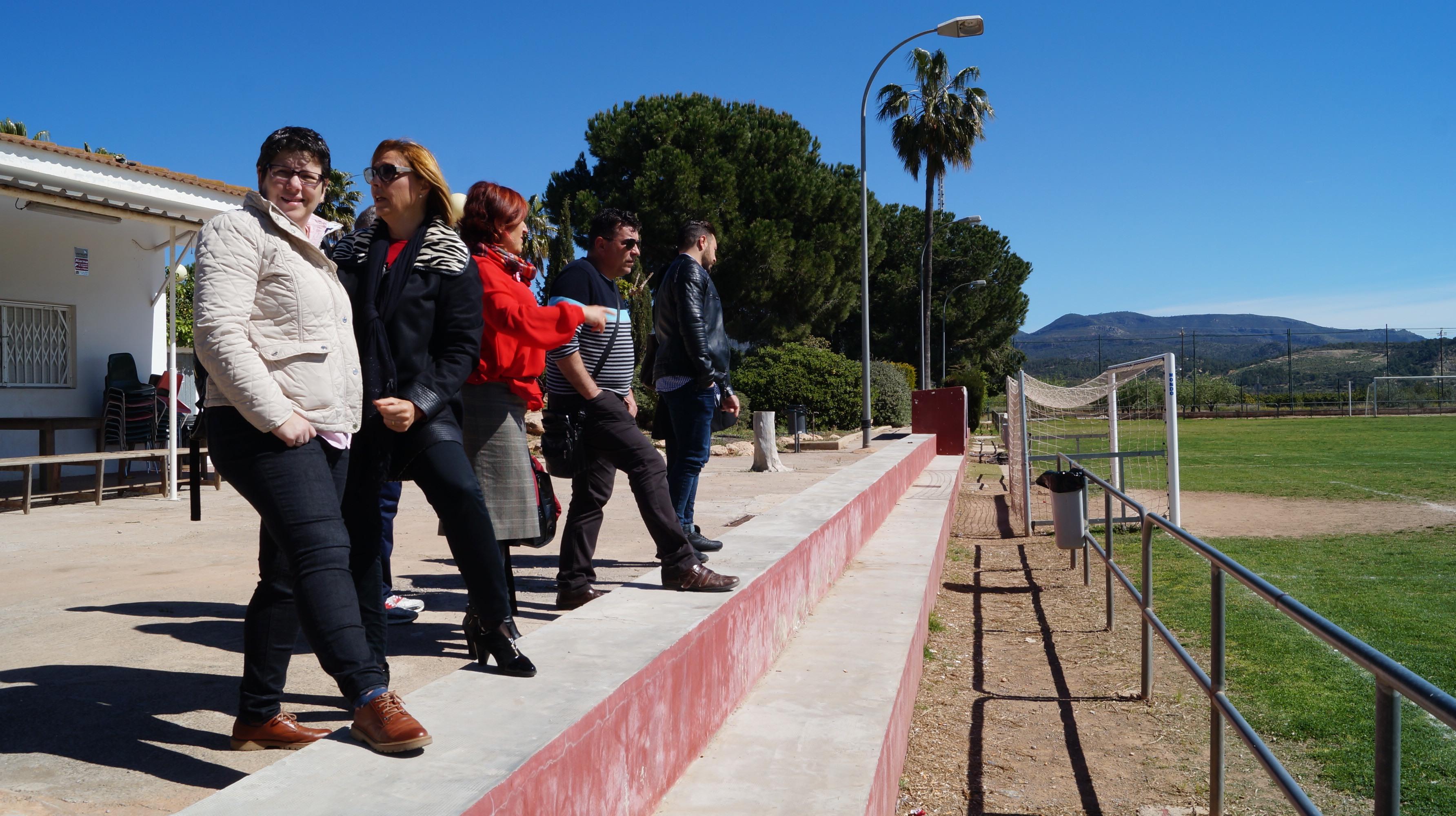 La diputada de Deportes, Isabel García, visita las instalaciones del primer campo de césped de la comarca.