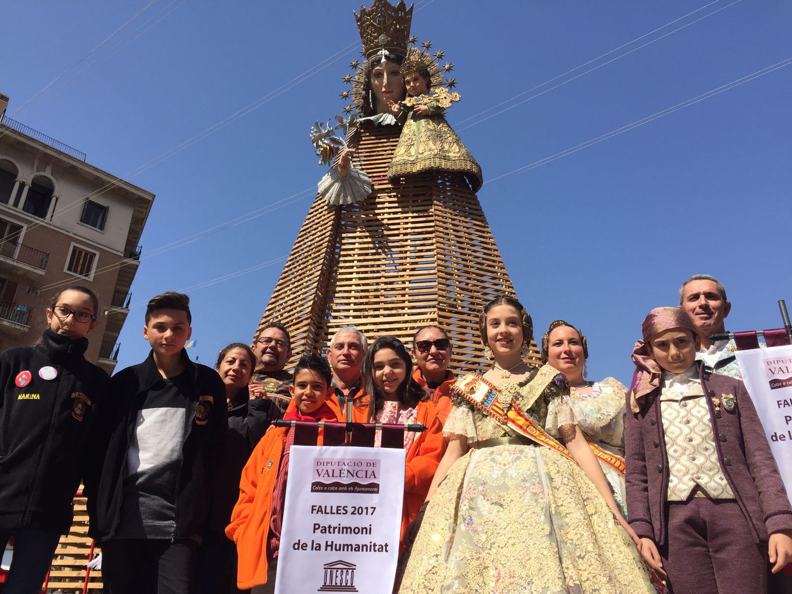 Las tres comisiones falleras visitan la Diputación de Valencia para recoger el estandarte conmemorativo del año de la declaración de las Fallas como Patrimonio de la Humanidad.