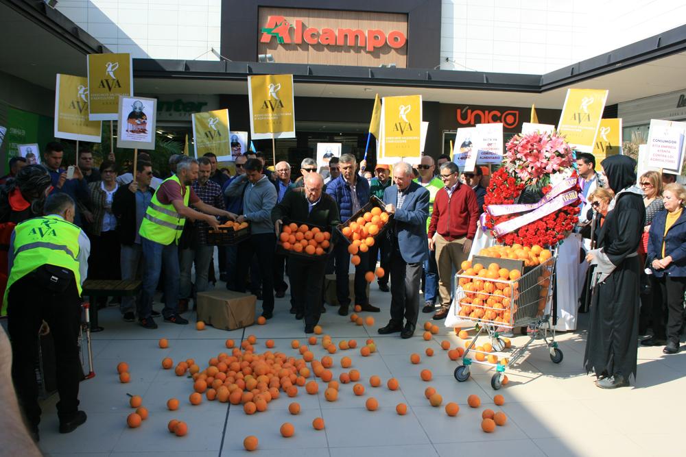 Los agricultores, convocados por la Asociación Valenciana de Agricultores (AVA-ASAJA), se concentraron a las puertas del hipermercado Alcampo-Bonaire.