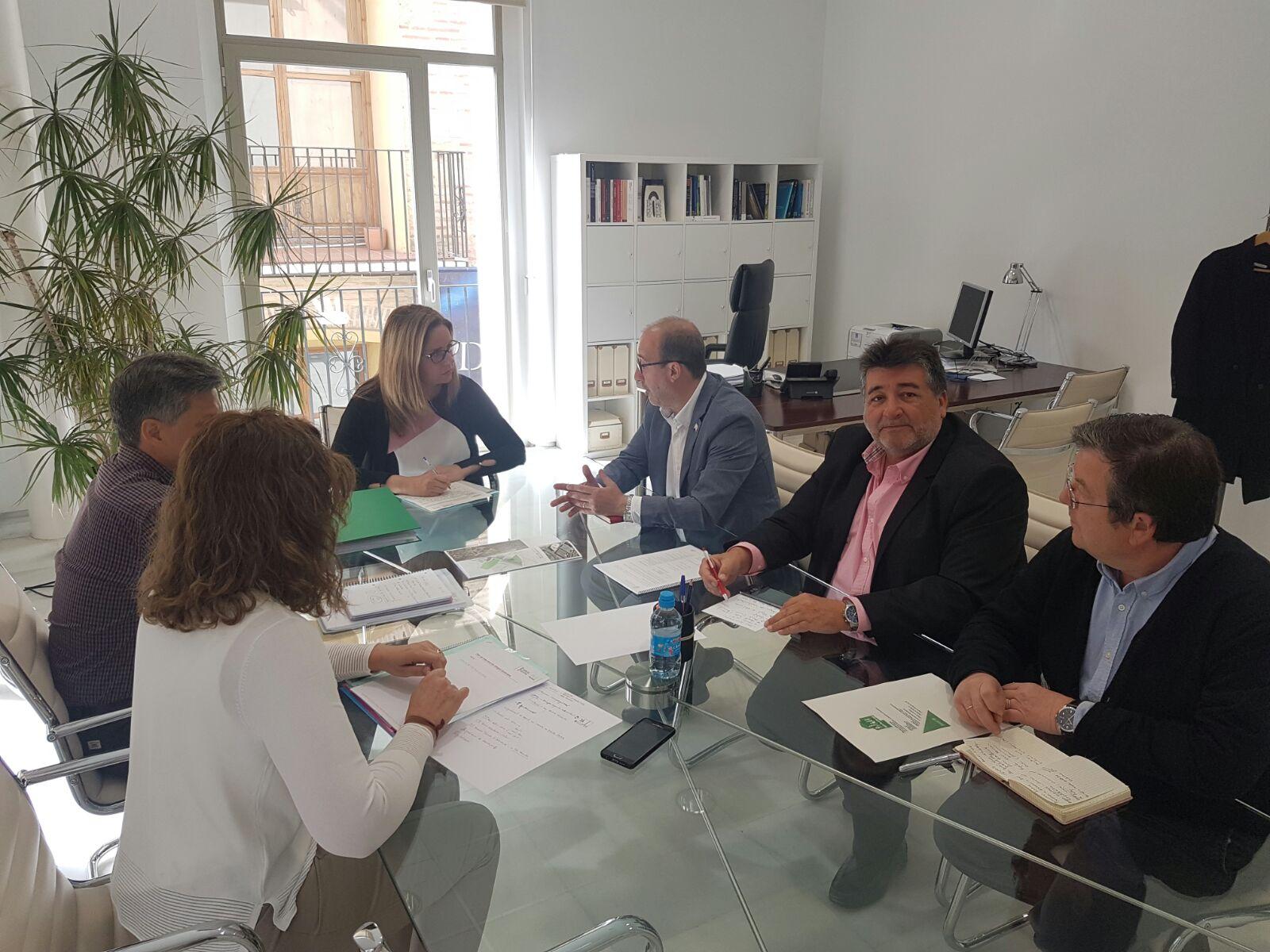La Generalitat y el Ayuntamiento de Alzira colaborarán para desarrollar un plan de intervención que revitalice la plaza de la Ribera.